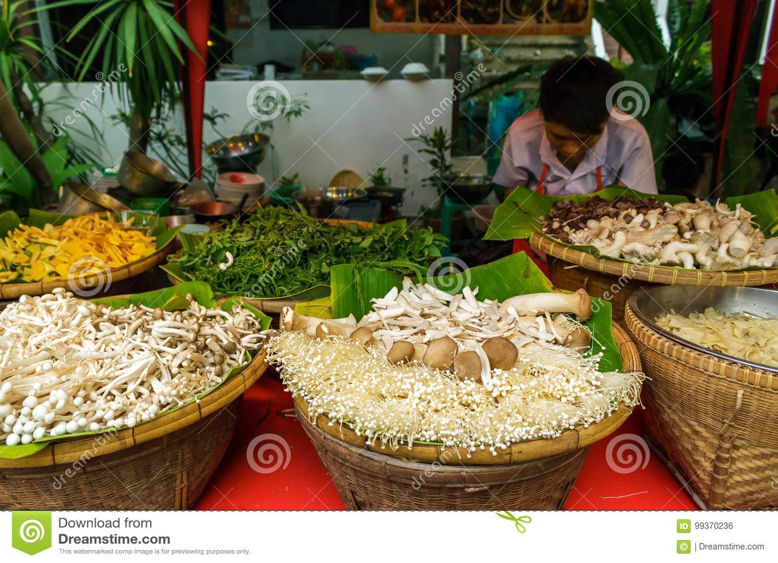 Grönsaker på den gå gatamarknaden i Chiang Mai, Thailand