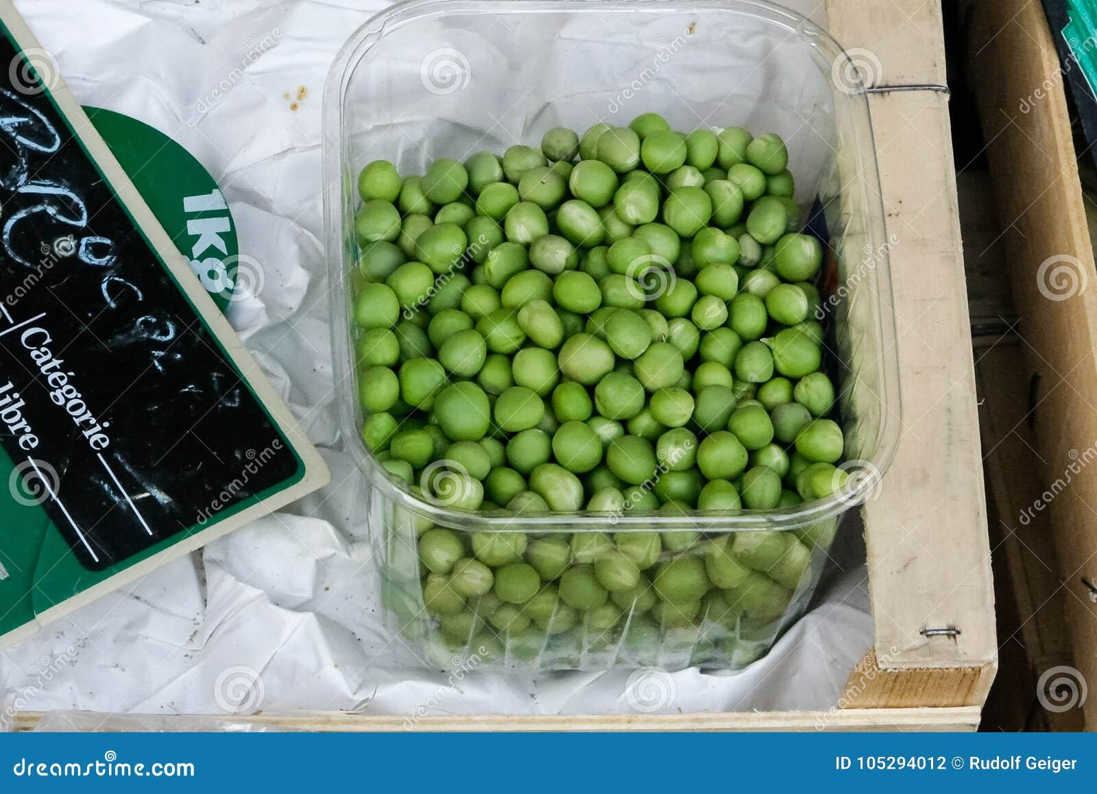 Grönsaker på en lokal lantlig marknad i sommarmånaden juli av staden