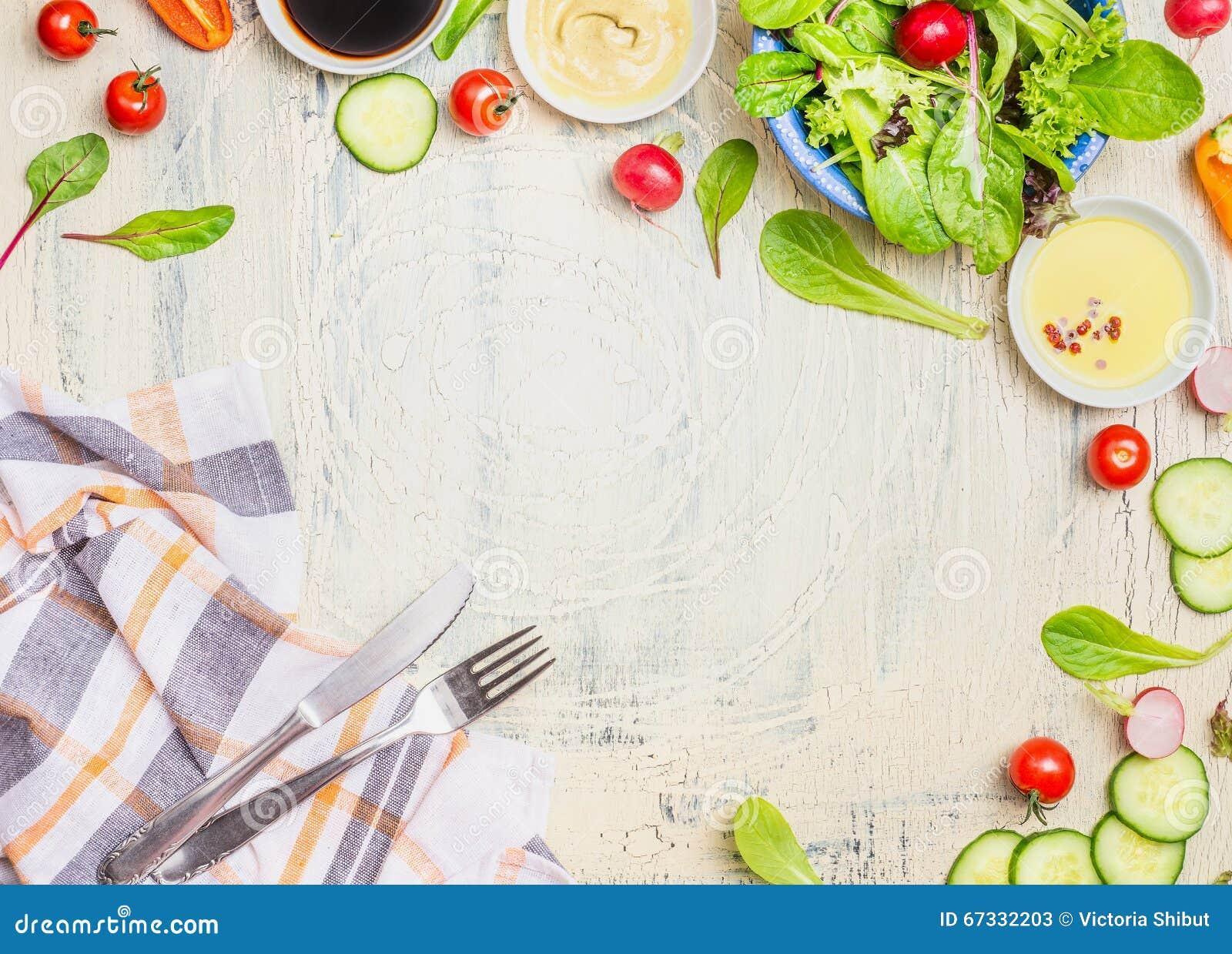Grönsaksalladförberedelsen med dressingar, ingrediensbestick och kök kontrollerade servetten på ljus lantlig bakgrund, bästa sikt