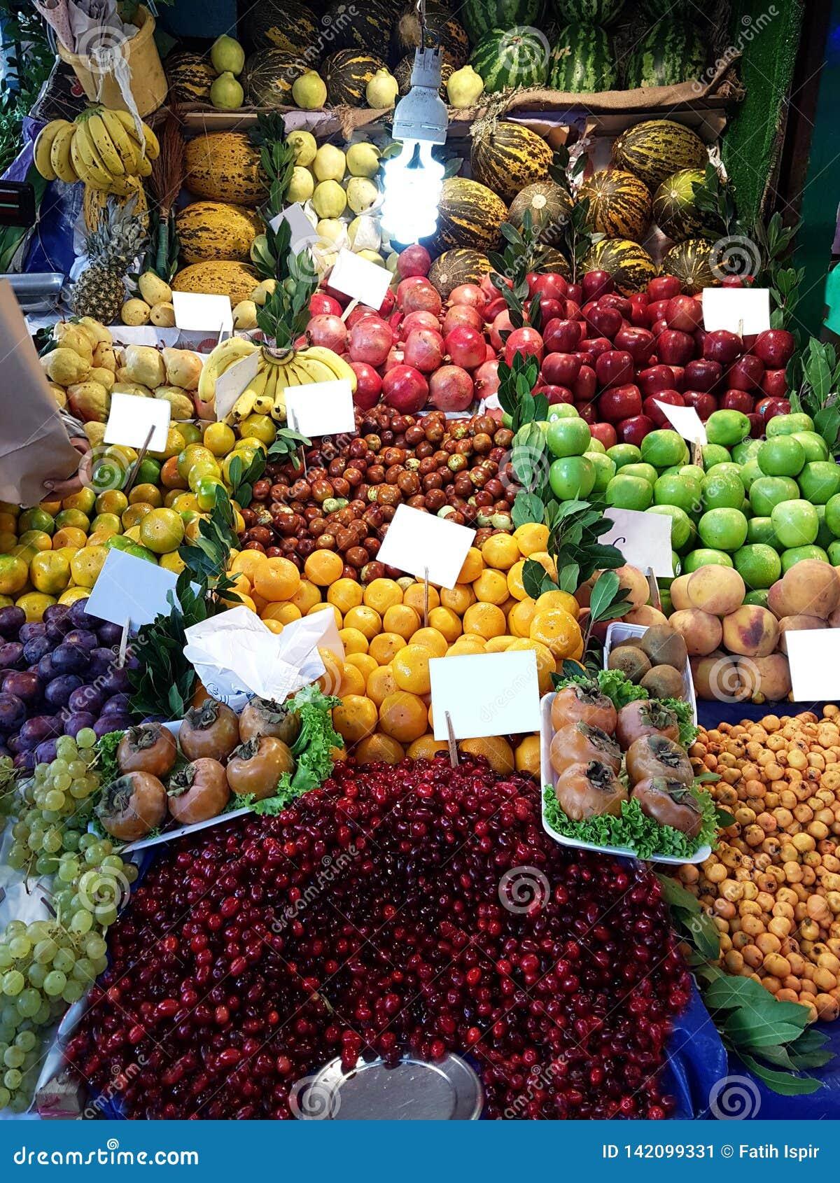 Grönsakshandlare i den Fısh marknaden Istanbul Turkiet Nya, Healty grönsaker och frukter