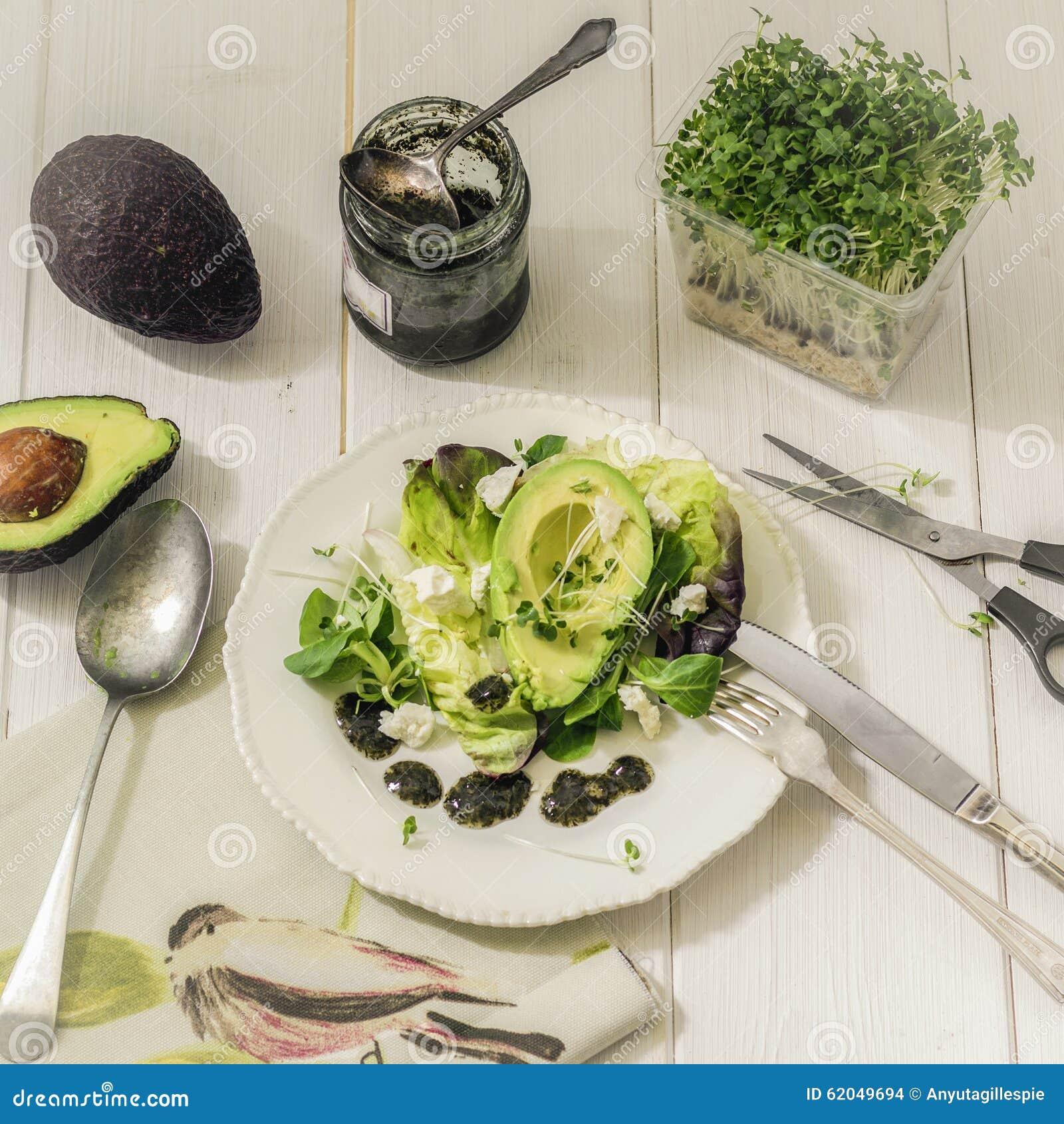 Grönsallat för matfotoblandning med avokadot, fetaost och mintkaramellsås