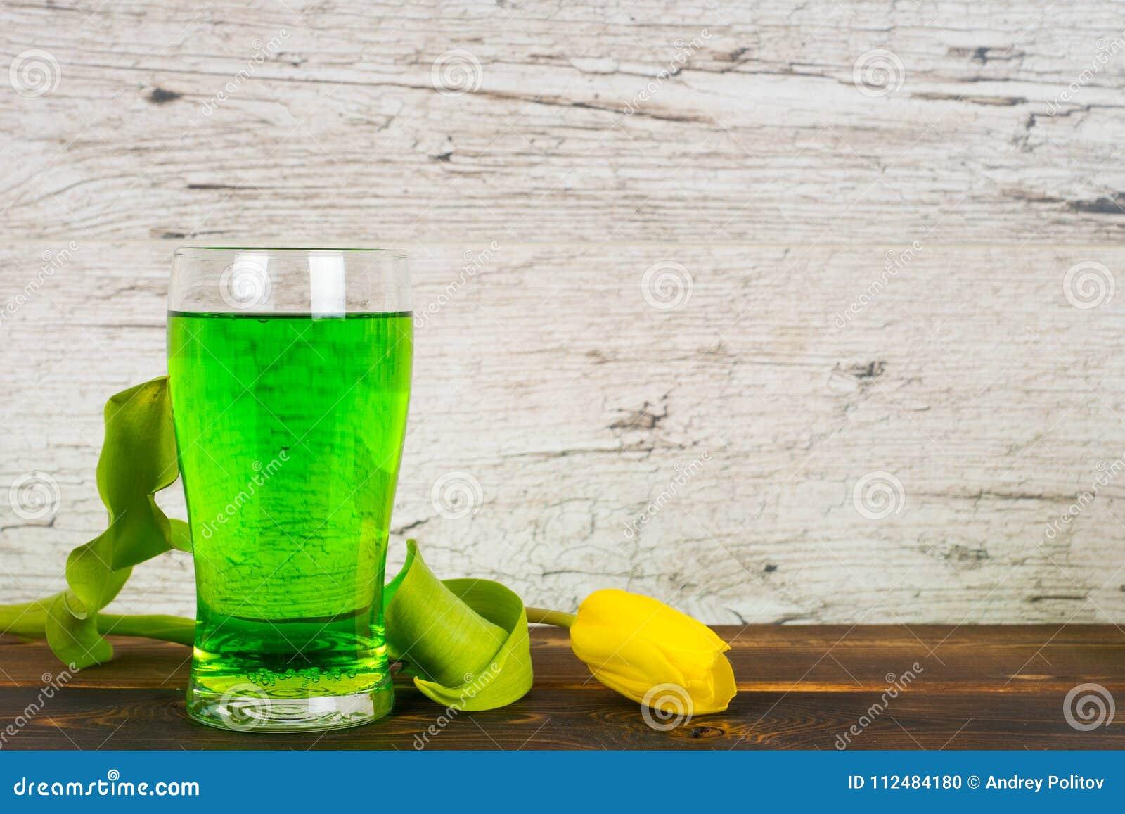 Grönt öl i exponeringsglas med tulpan