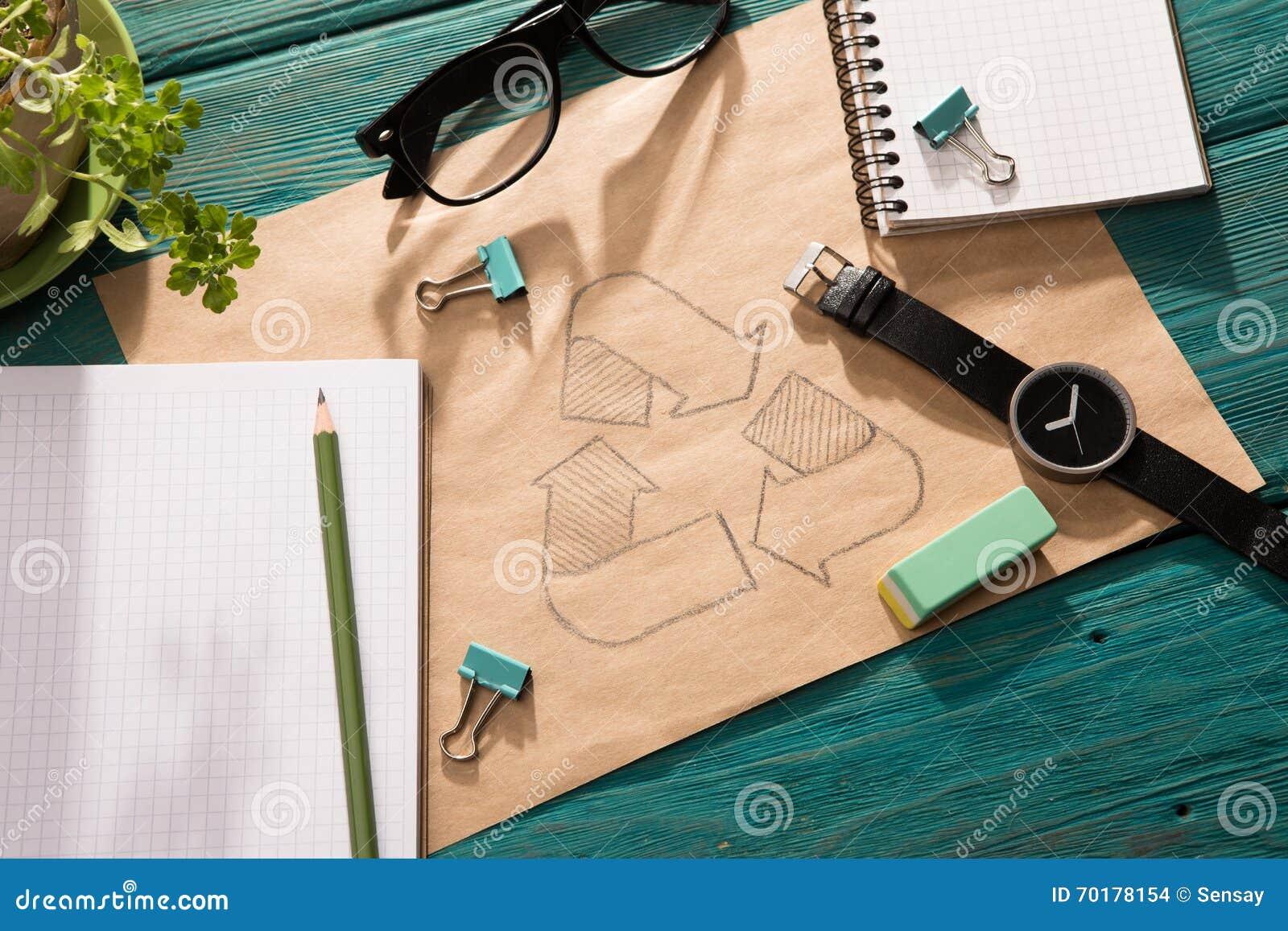 Grönt energibegrepp - notepaden med skissar på skrivbordet