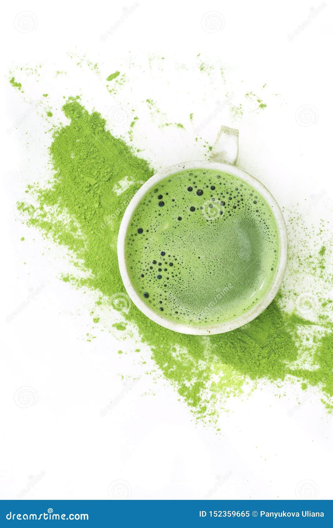 Grönt te för varm matcha i en kopp på en vit bakgrund