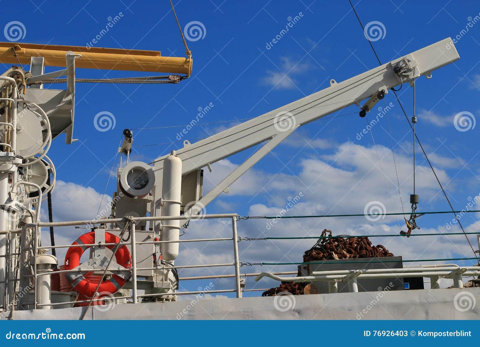 Grúa blanca de la nave en un fondo del cielo azul
