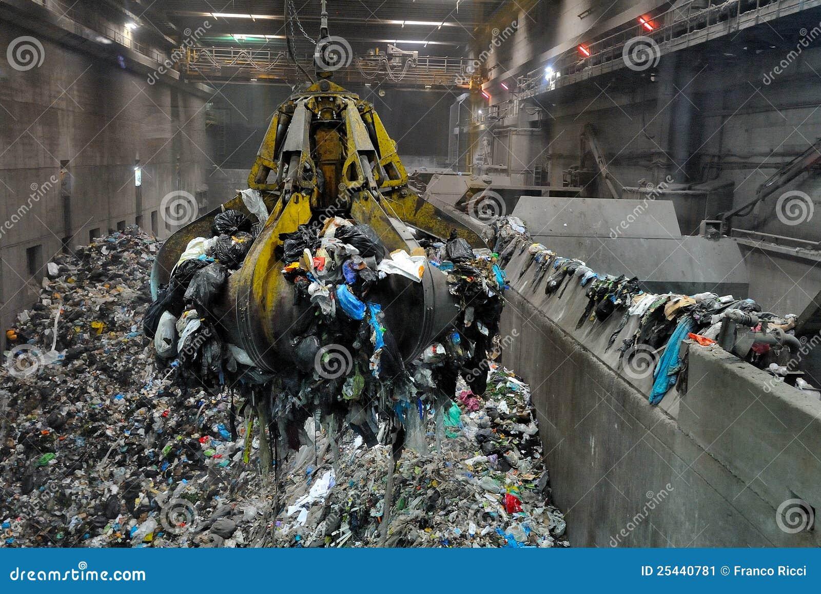 Grúa en basura a la central eléctrica de la energía