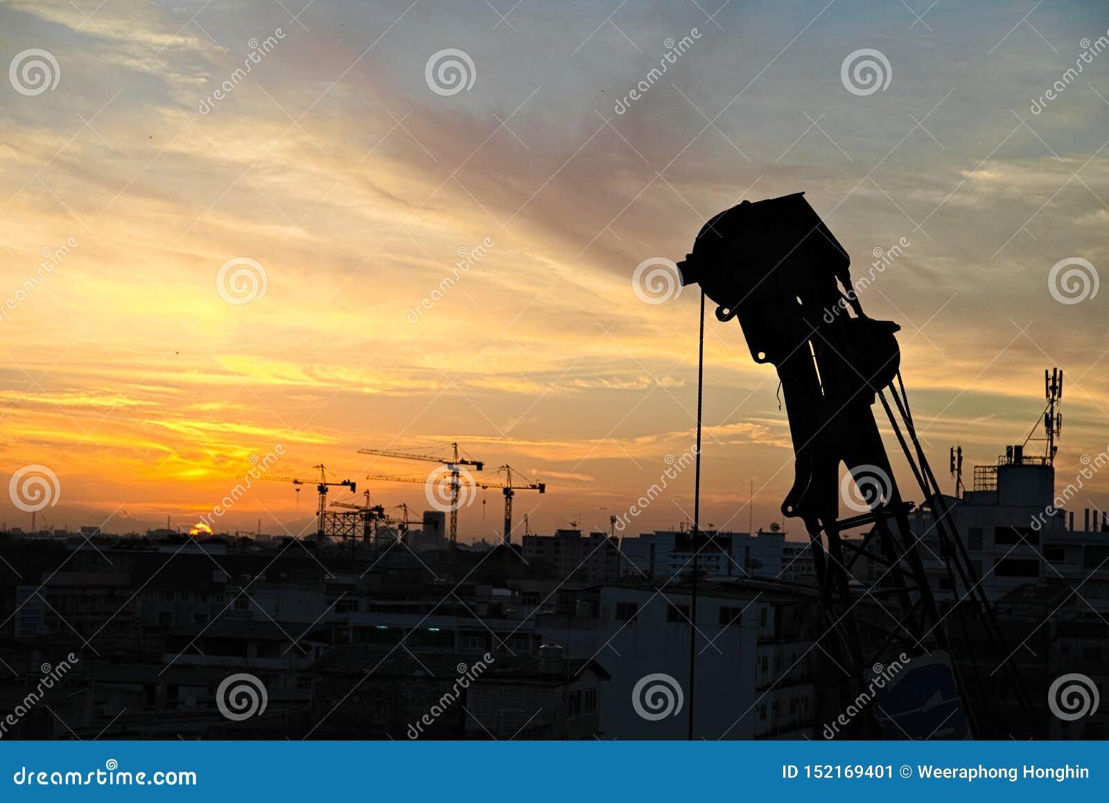 Grúa lista para trabajar después de salida del sol