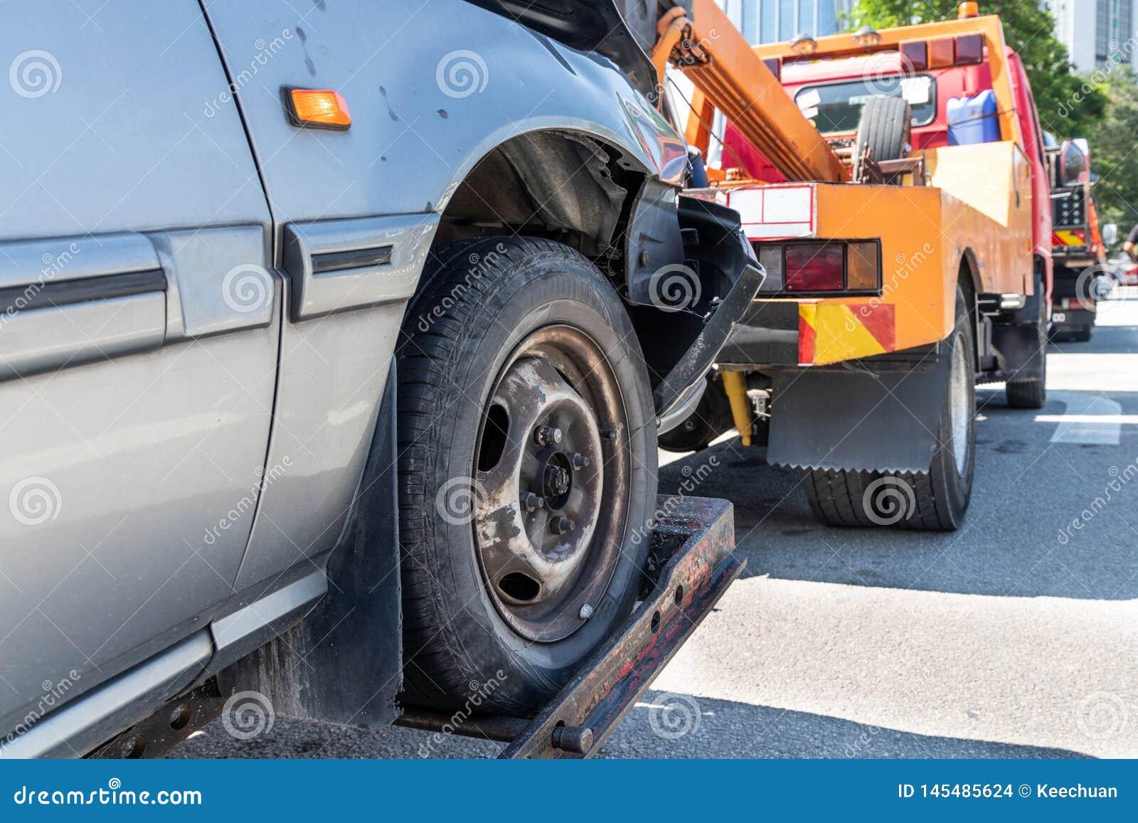 Grúa que remolca un coche analizado en emergencia