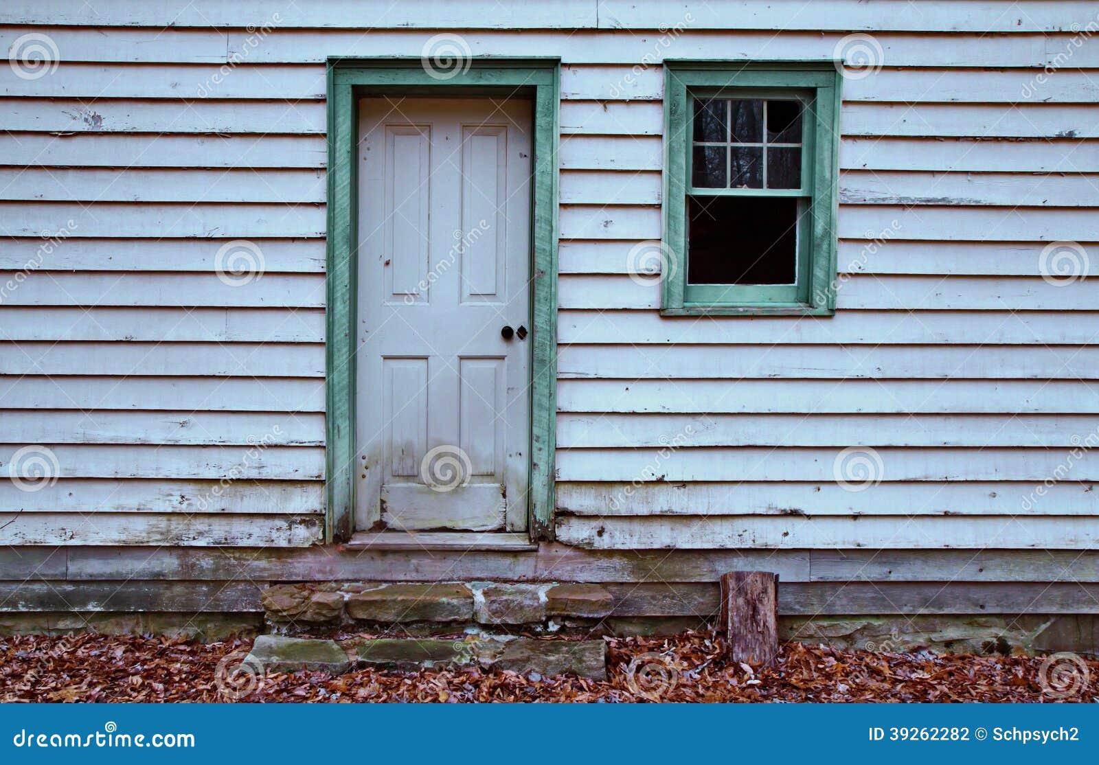 Grün Gestaltetes Türfenster Des Alten Hauses Stockfoto - Bild von ...