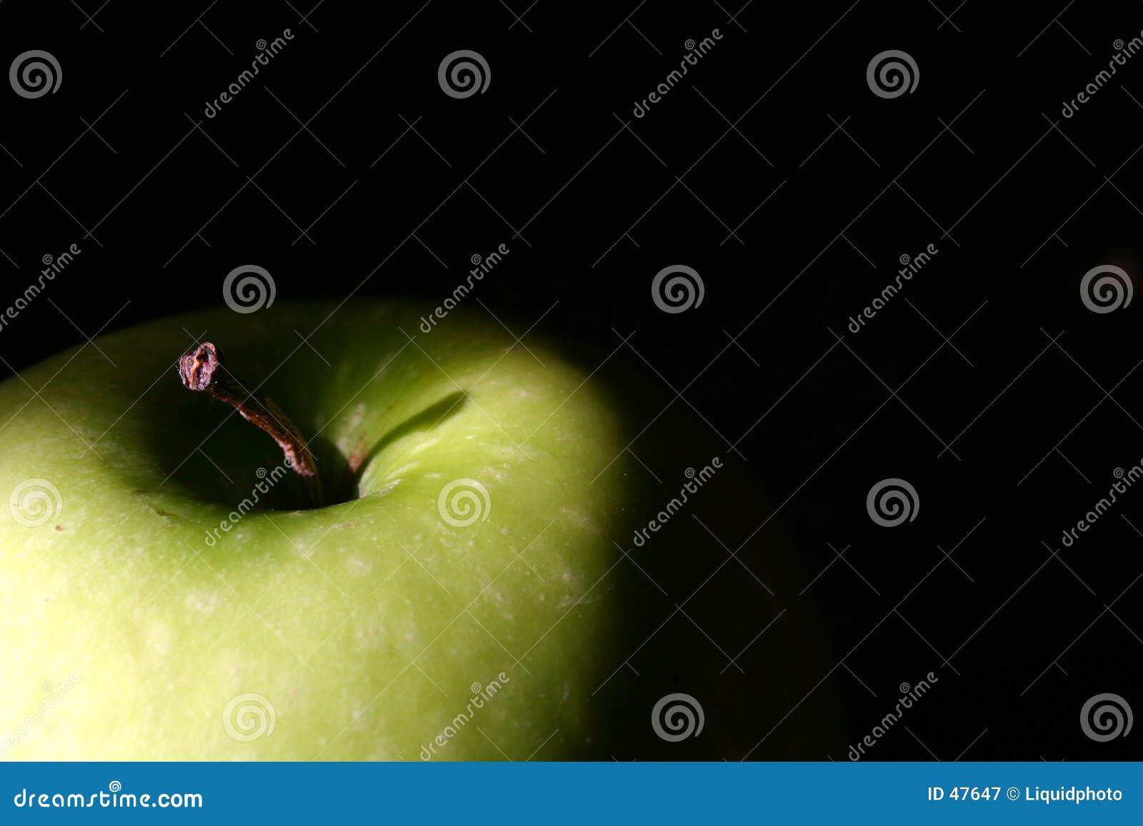 Grüne Apple-Oberseite auf Schwarzem