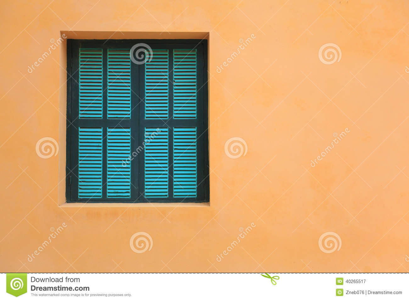 gr ne fenster auf orange wand stock fotos melden sie sich kostenlos an. Black Bedroom Furniture Sets. Home Design Ideas