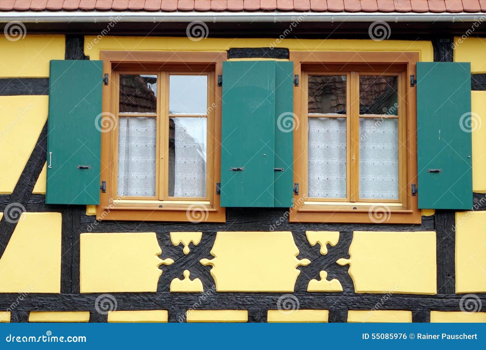 Grune Fensterfensterladen Eines Gelben Hauses Stockfoto Bild Von