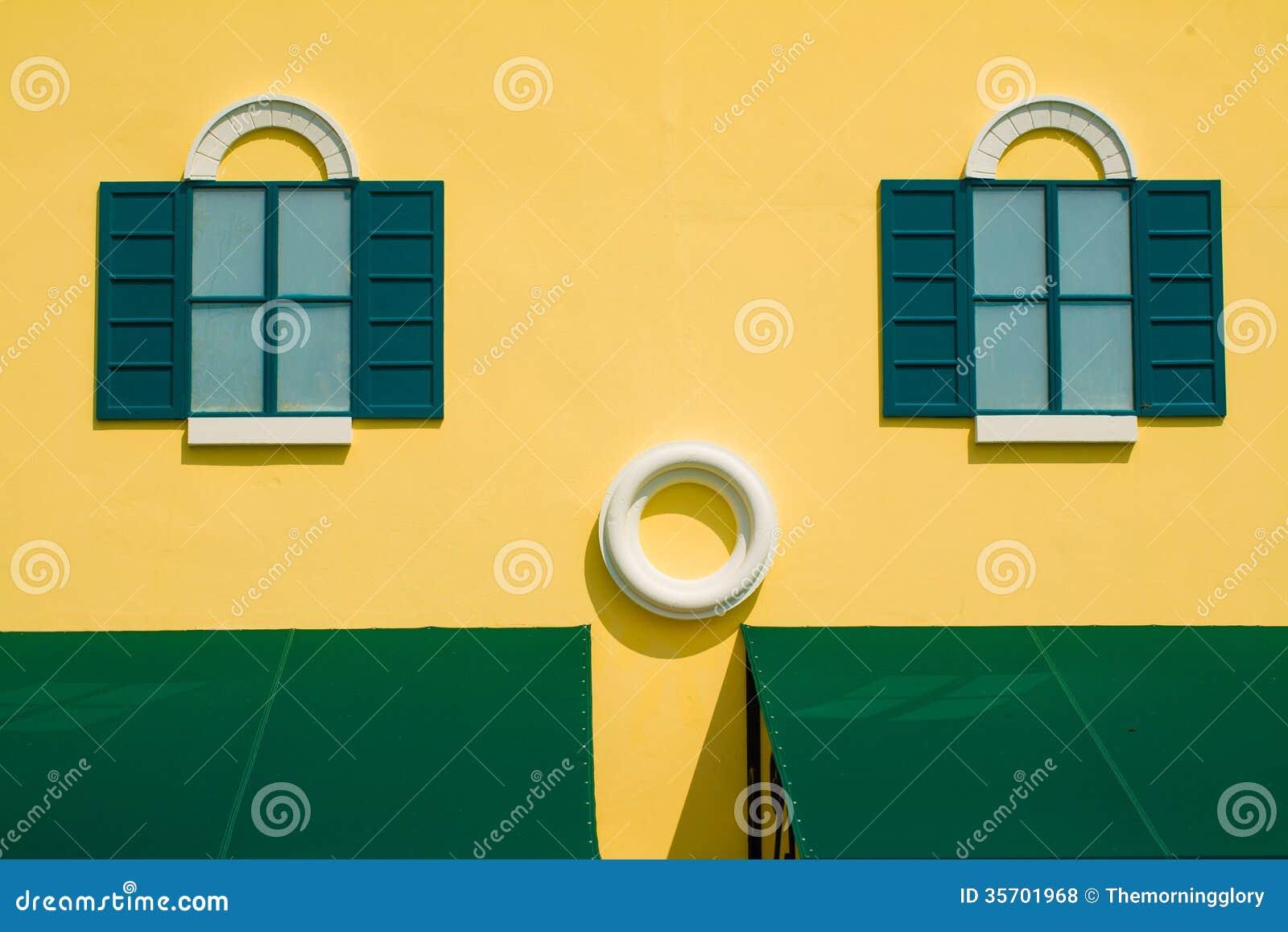 Grüne Fensterläden Auf Gelber Wand Lizenzfreie Stockfotos ...