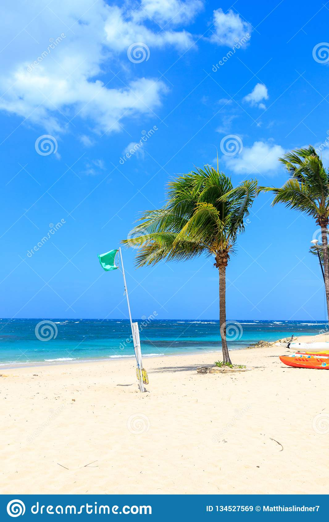 Grüne Flagge auf dem Strand zeigt keine Gefahr beim Baden an Dominikanische Republik