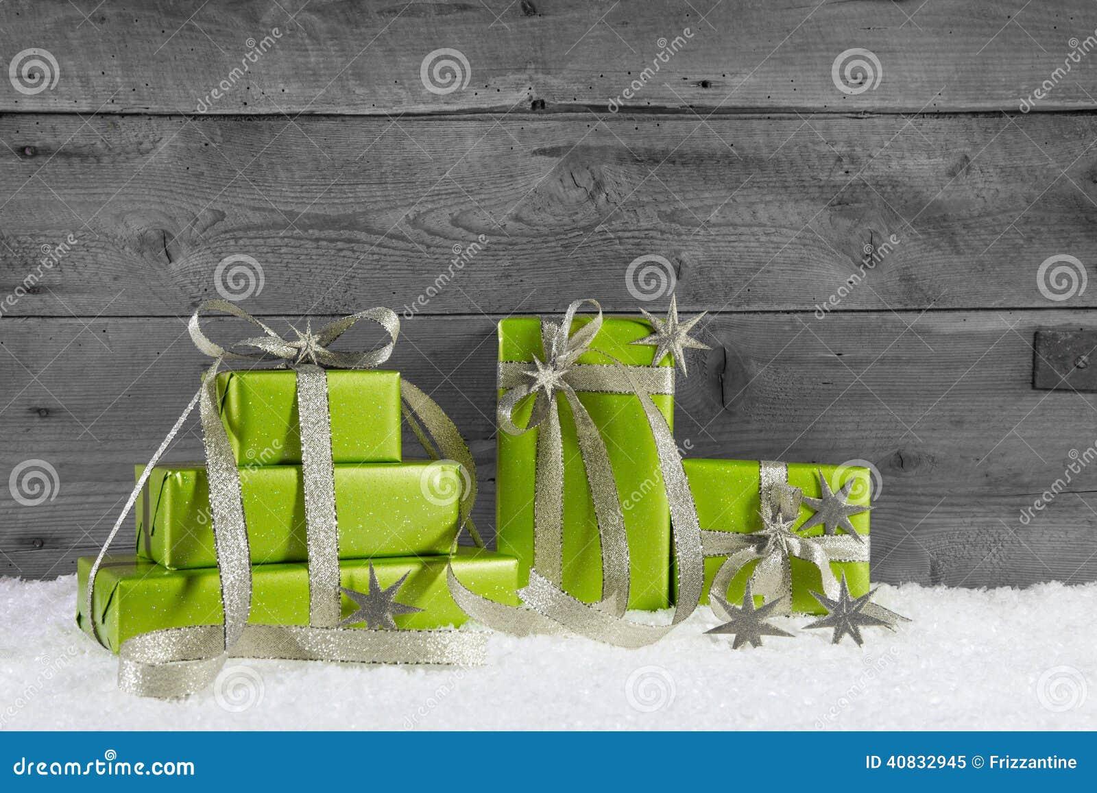 Grüne Geschenkboxen für Weihnachten auf grauem schäbigem Hintergrund