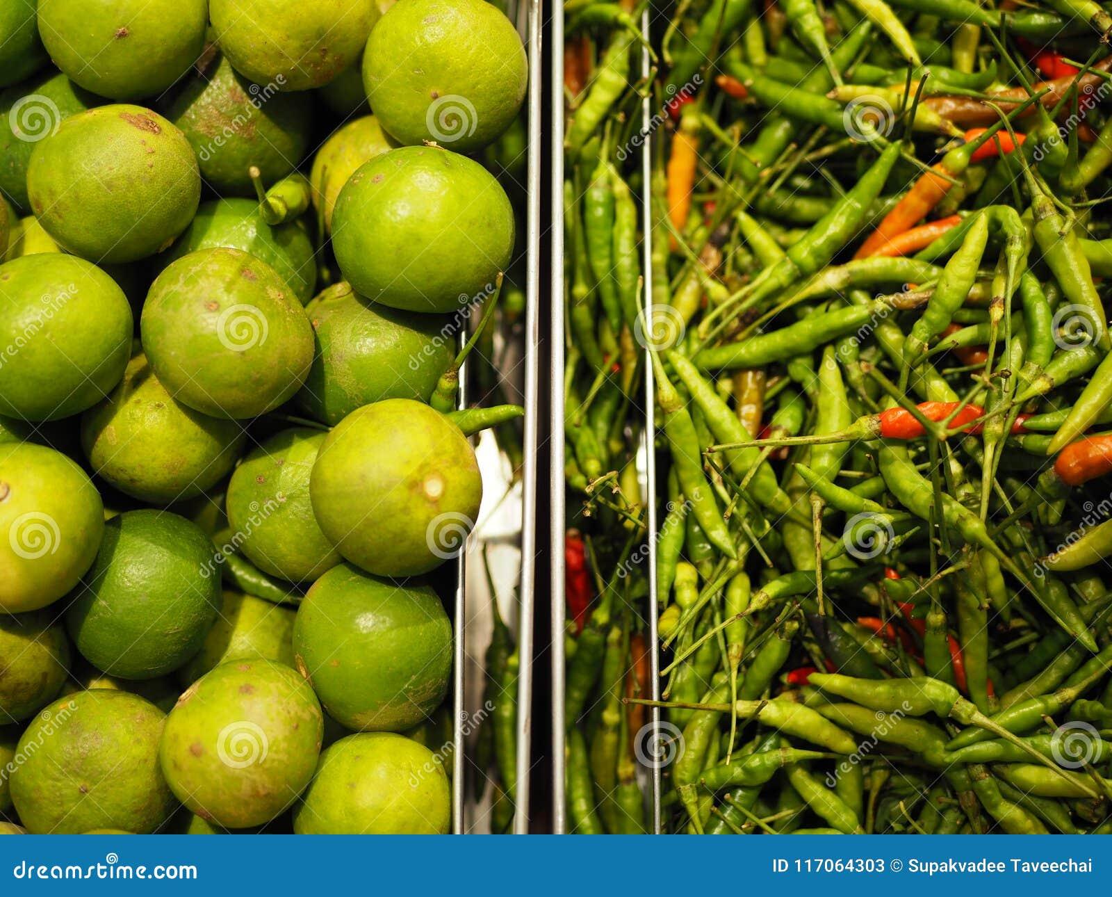 Grüne Kalke und Paprikas im Behälter am Markt