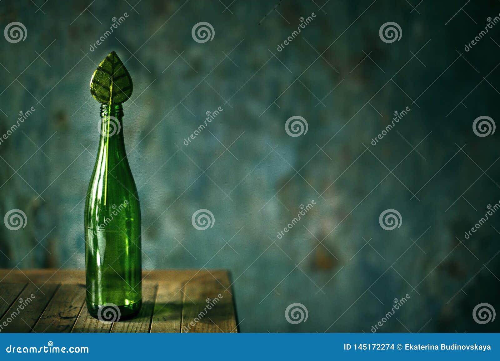 Grüne leere Glasflasche