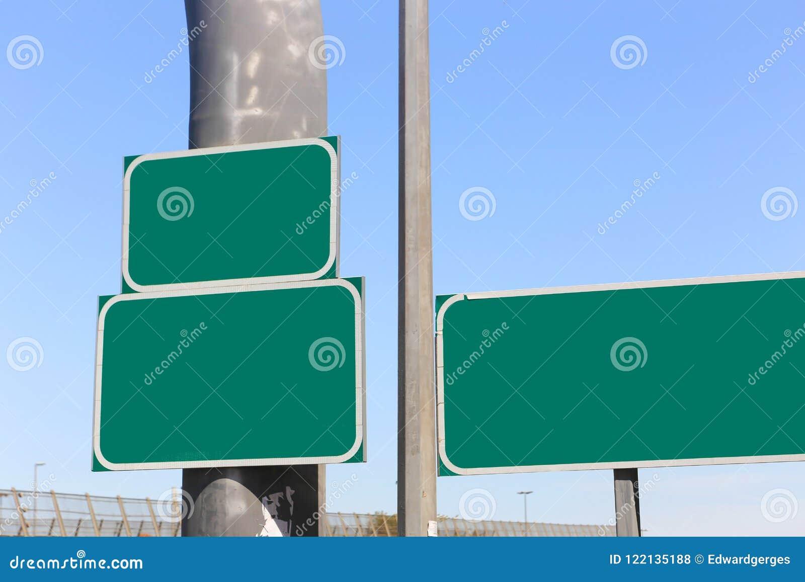 Grüne leere Zeichen der Landstraße