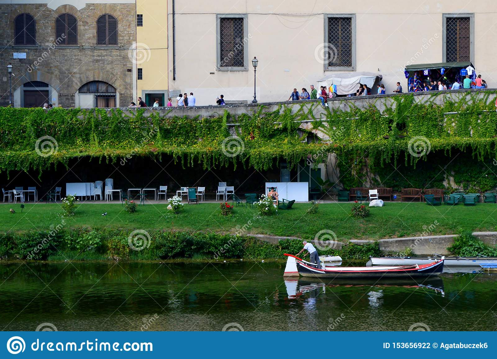 Grüne Ufergegend in Florenz, Italien