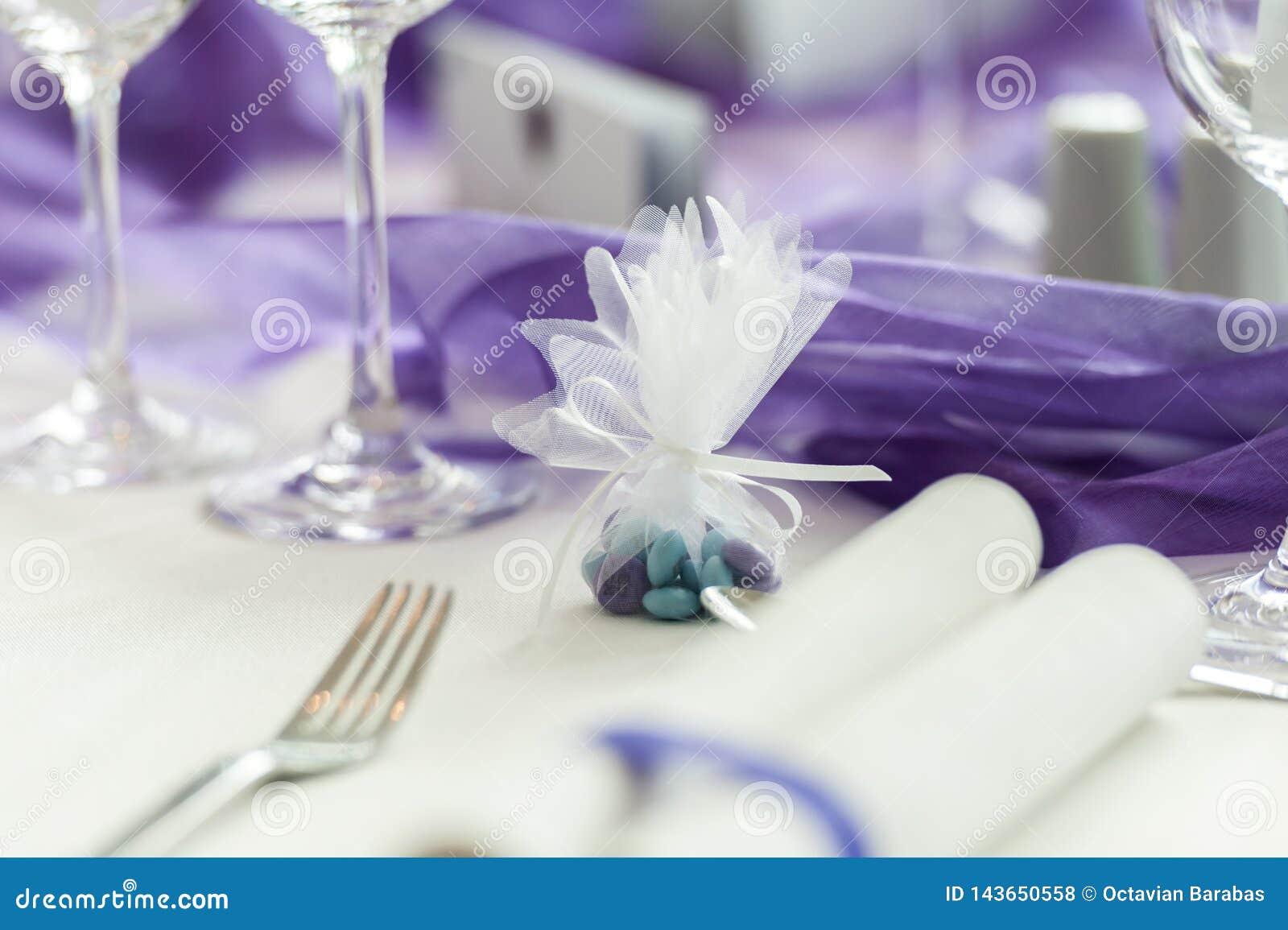 Grüne und purpurrote Süßigkeit auf Hochzeitstafel