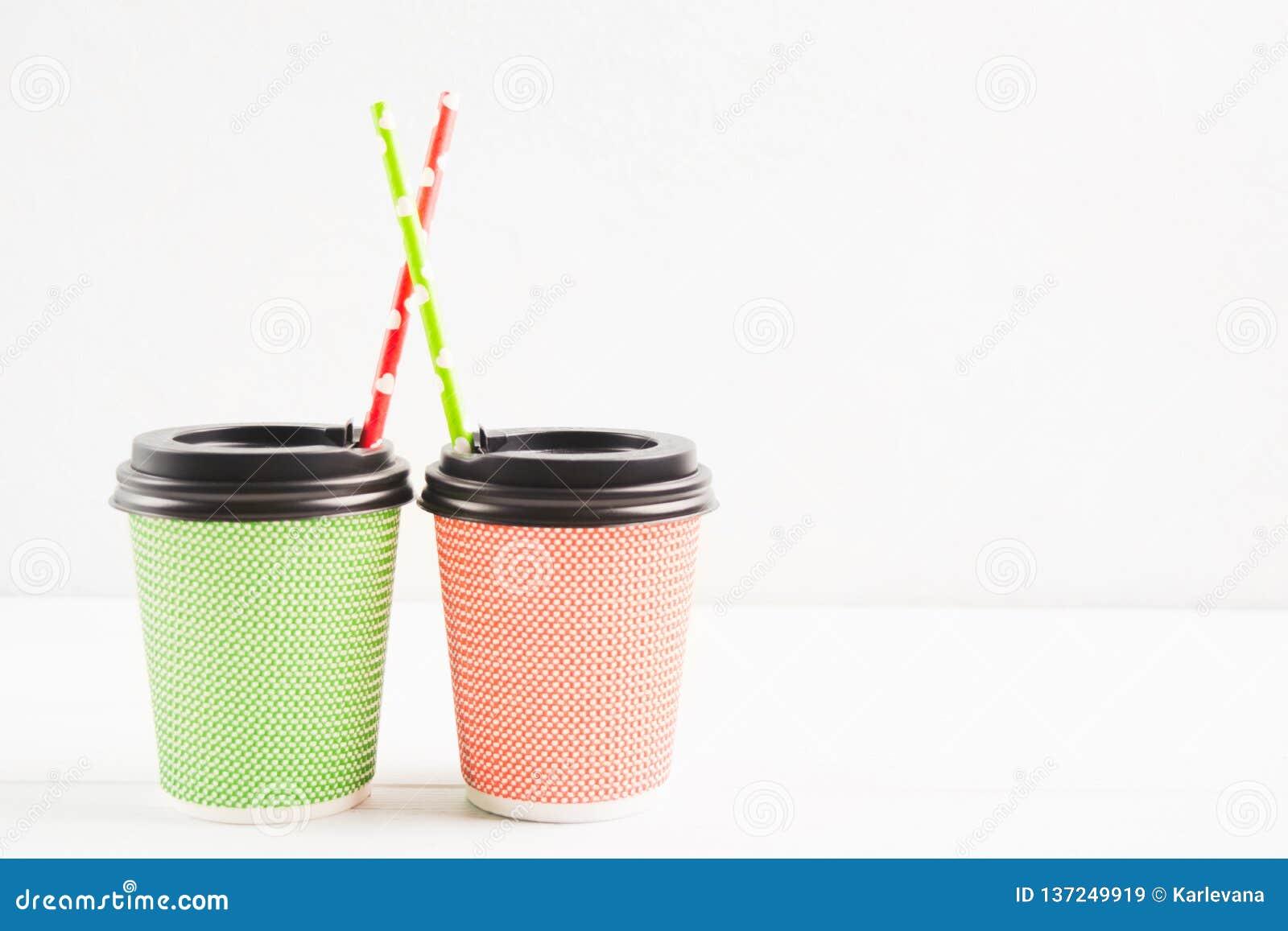Grüne und rote Papierschalen mit Plastikabdeckung