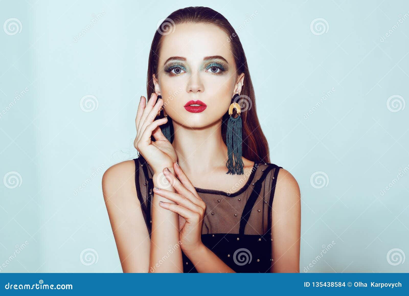Grüne Verfassung Schönes Mädchen mit Make-up lokalisiert auf Hintergrund Augenmake-up und sinnliche Lippen Elegante Frisur Brunet