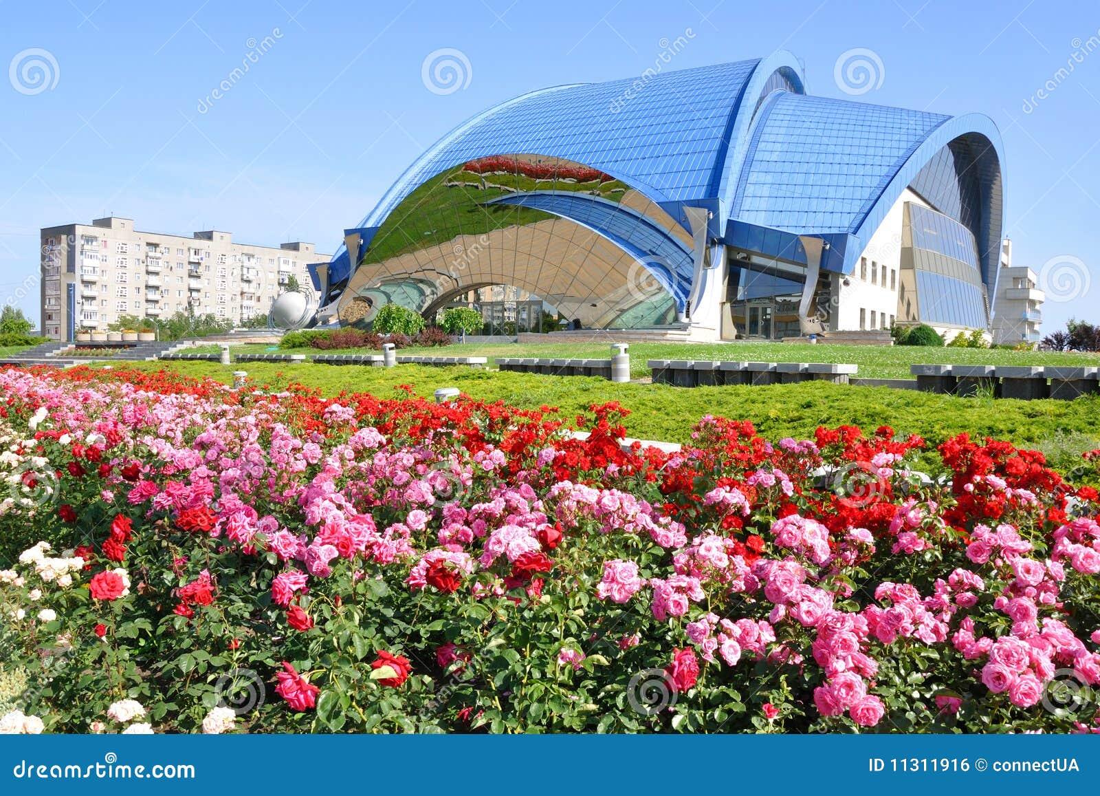 Grünen Sie Rasen und Blumen
