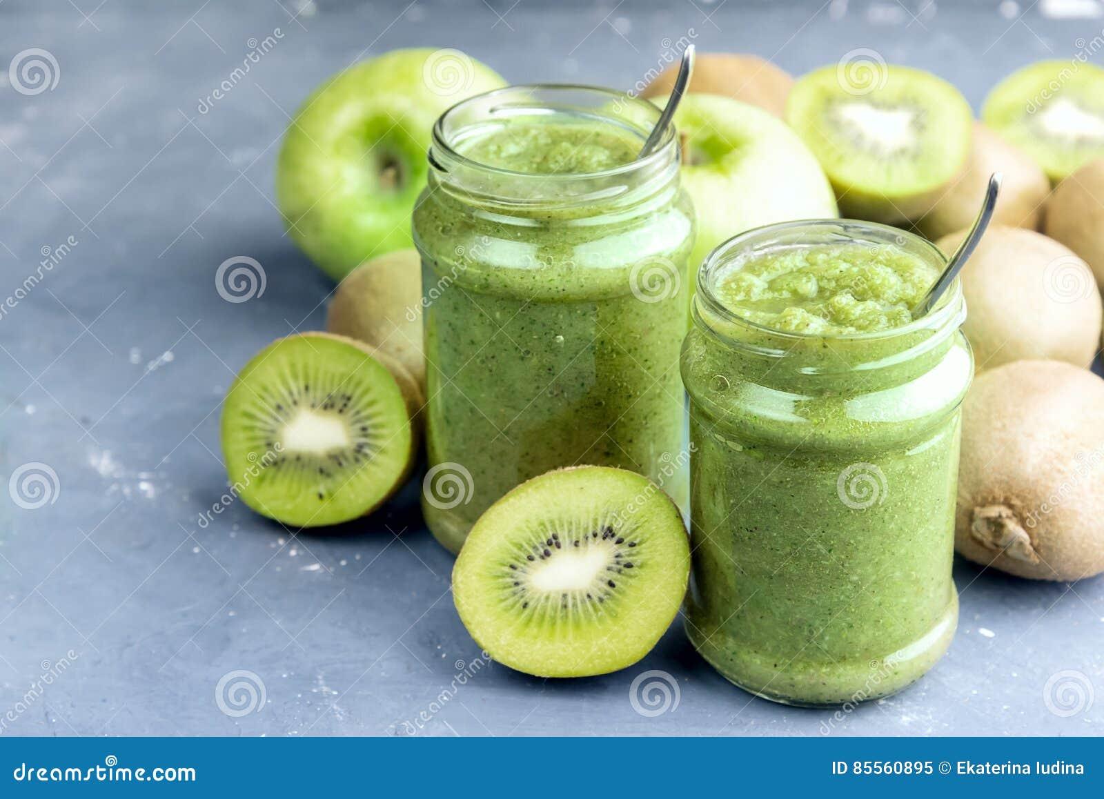 Grüner Detox Smoothie mit grünem Apfel und Kiwi