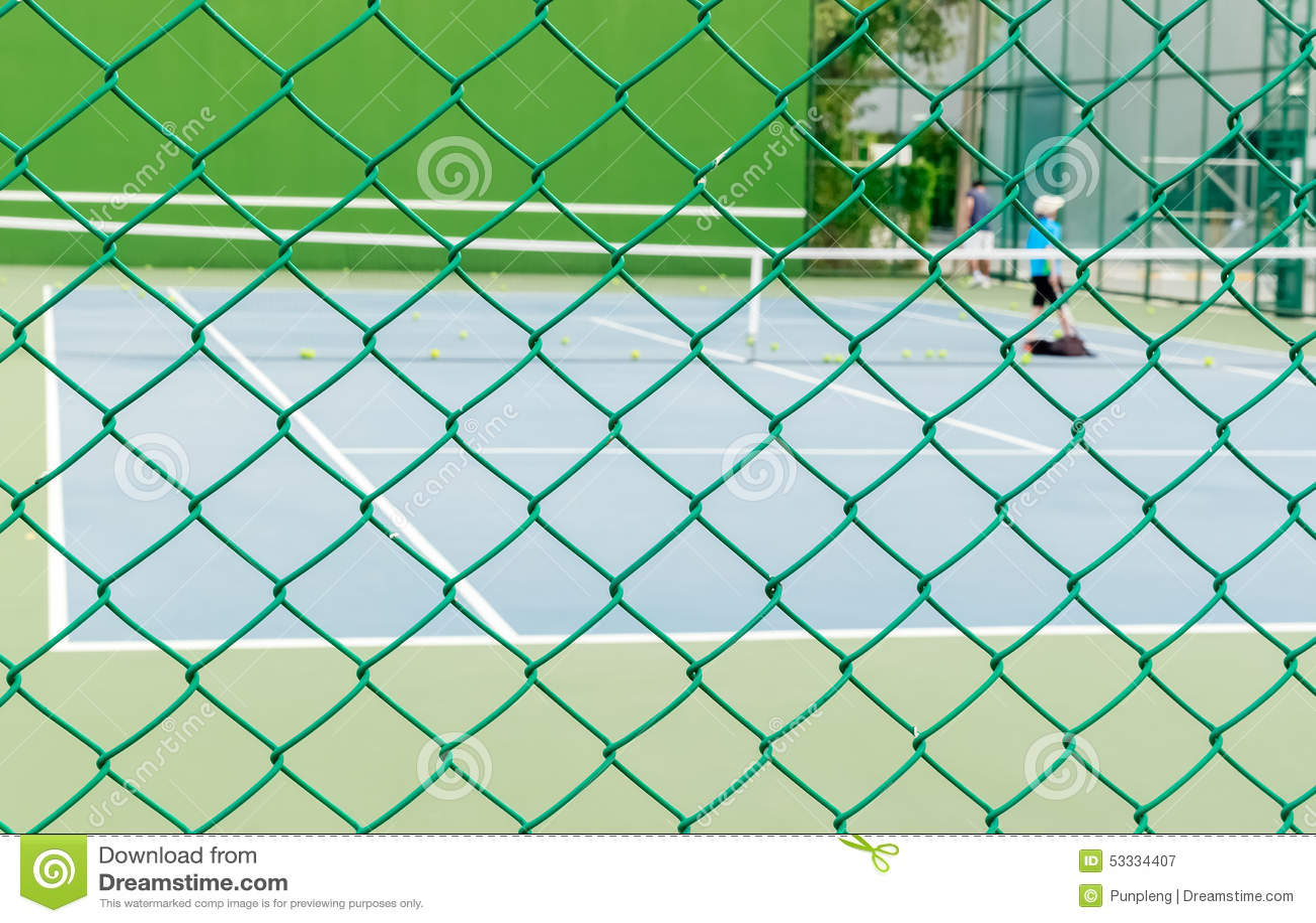 Grüner Draht-Zaun Mit Tennisplatz-Hintergrund Stockbild - Bild von ...