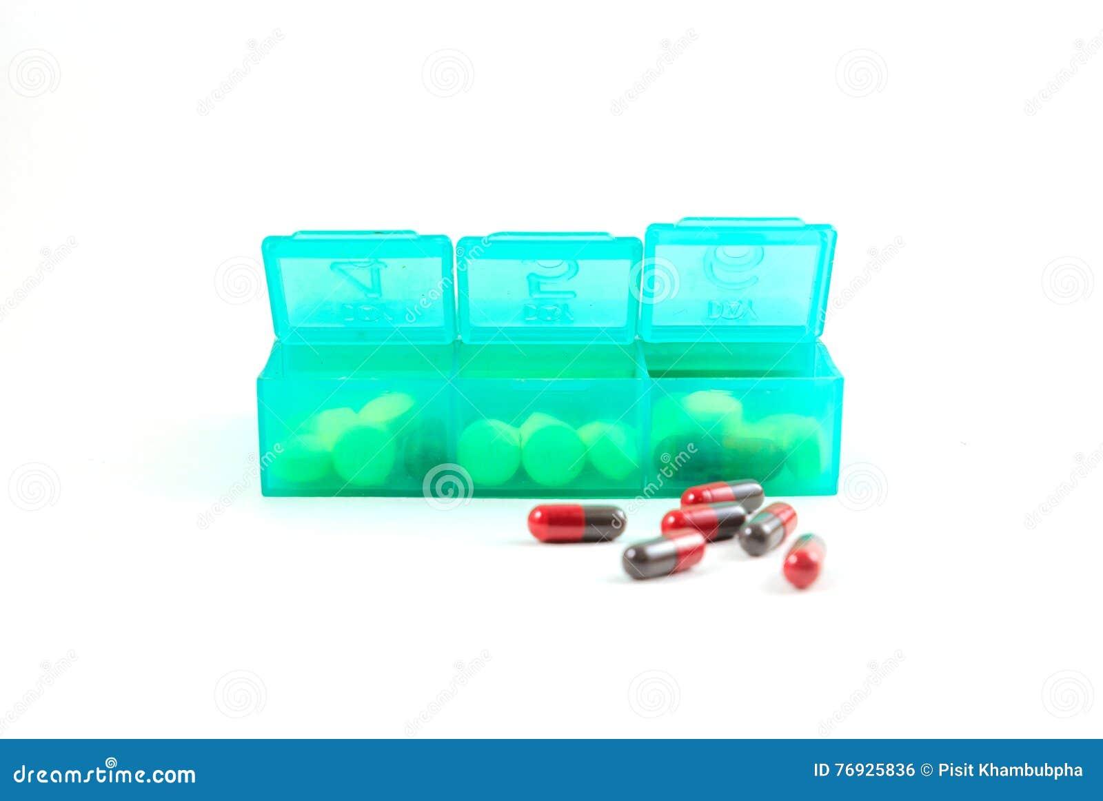 Grüner Plastiktäglicher Pillen-Organisatorschuß und medizinische Pillen