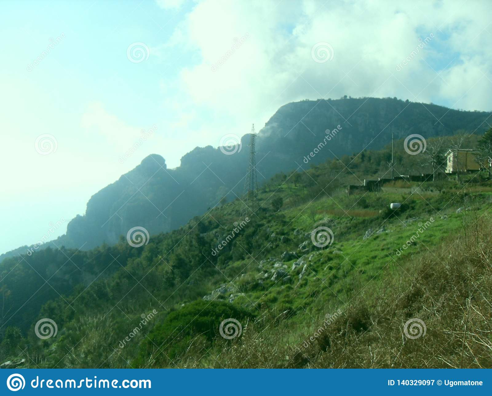 Grüner Rasen auf dem Berg Faito in Italien