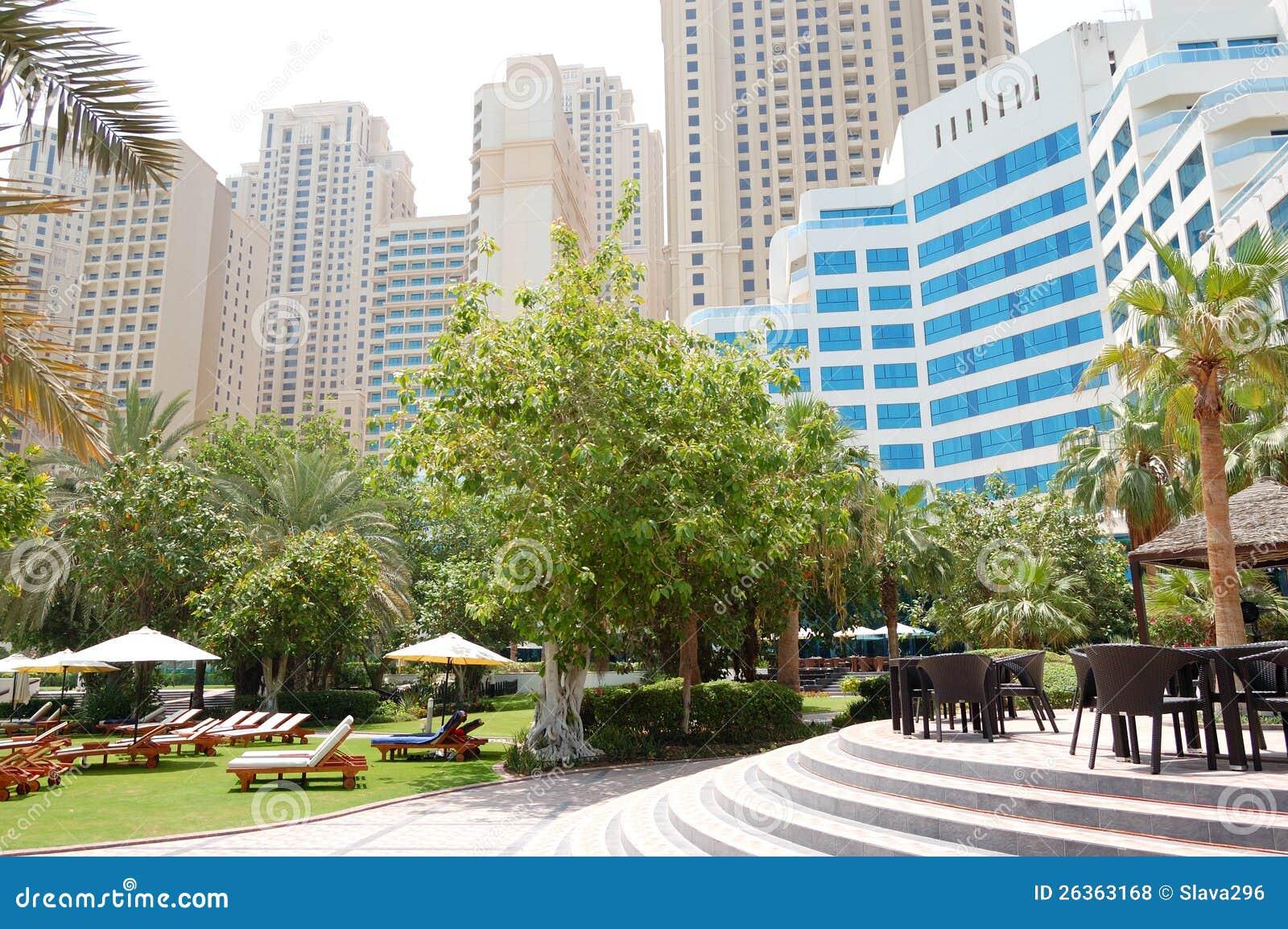 Grüner Rasen und Gebäude des Luxushotels