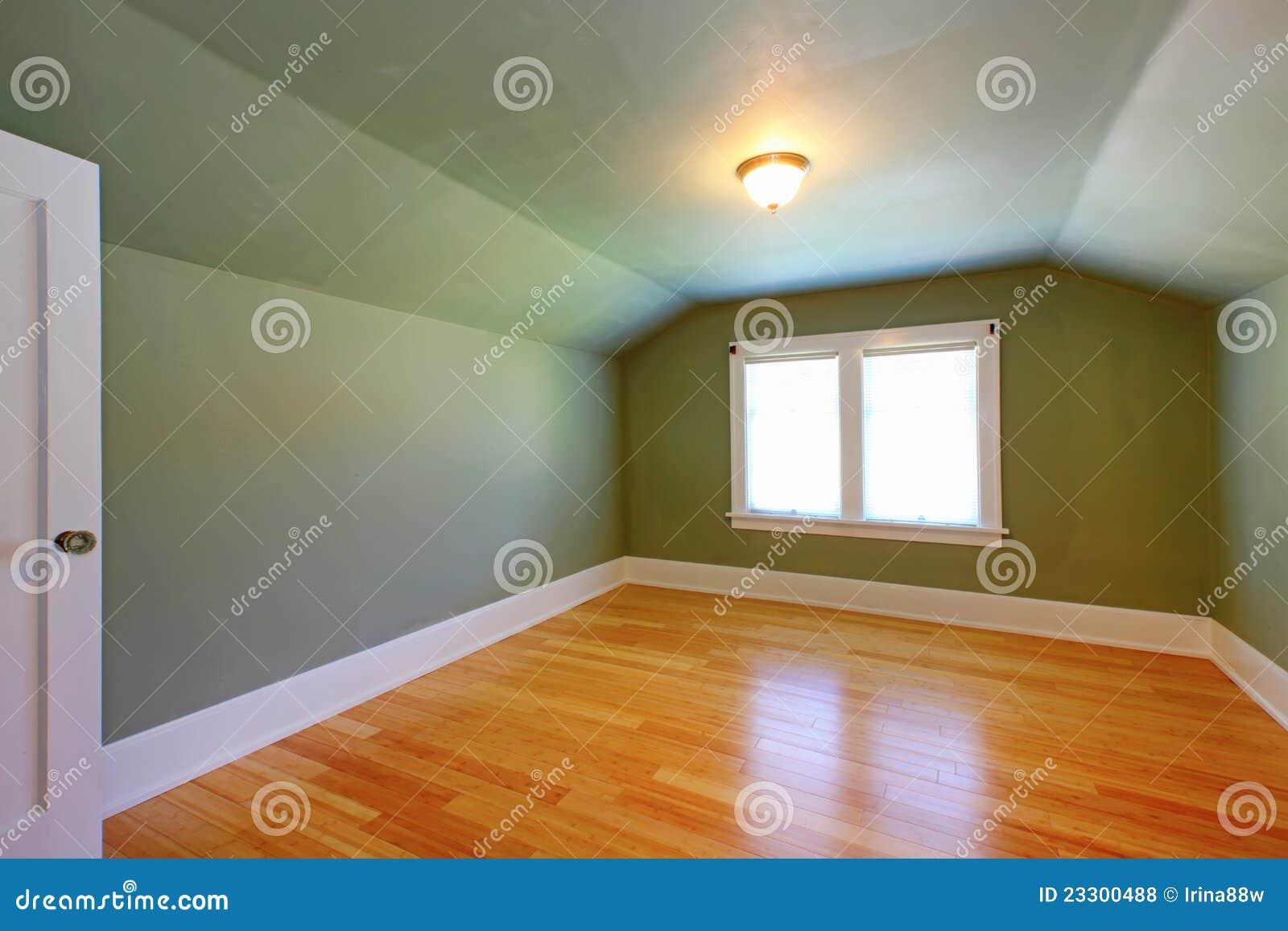 Grüner Raum Des Dachbodens Mit Niedriger Decke. Stockfoto   Bild Von .