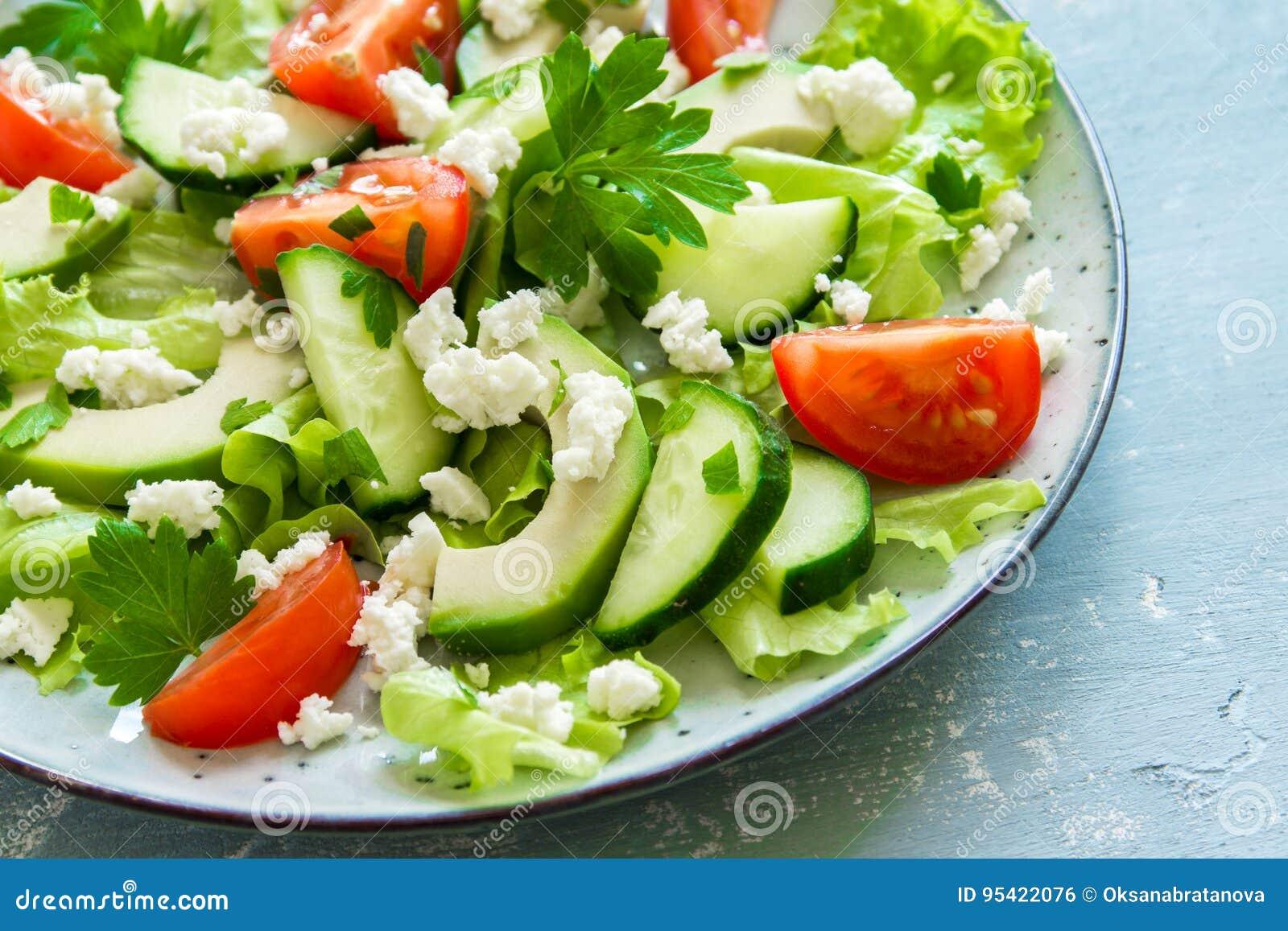 Grüner Salat Mit Avocado Und Feta Stockfoto - Bild von feta, blau ...