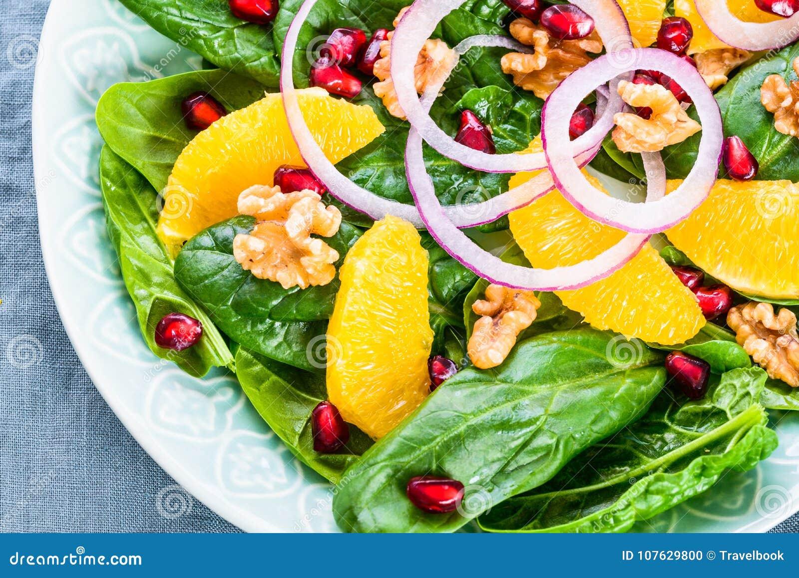 Grüner Salat Mit Frischen Spinatsblättern Und -orange Stockfoto ...