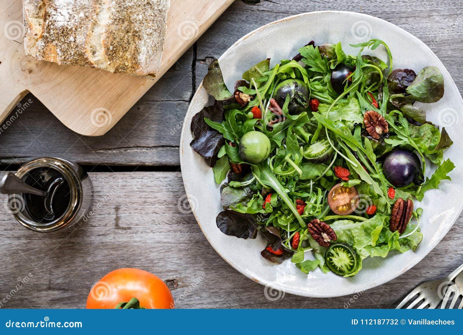 Grüner Salat mit grüner Tomaten-, Pekannuss- und Goji-Beere