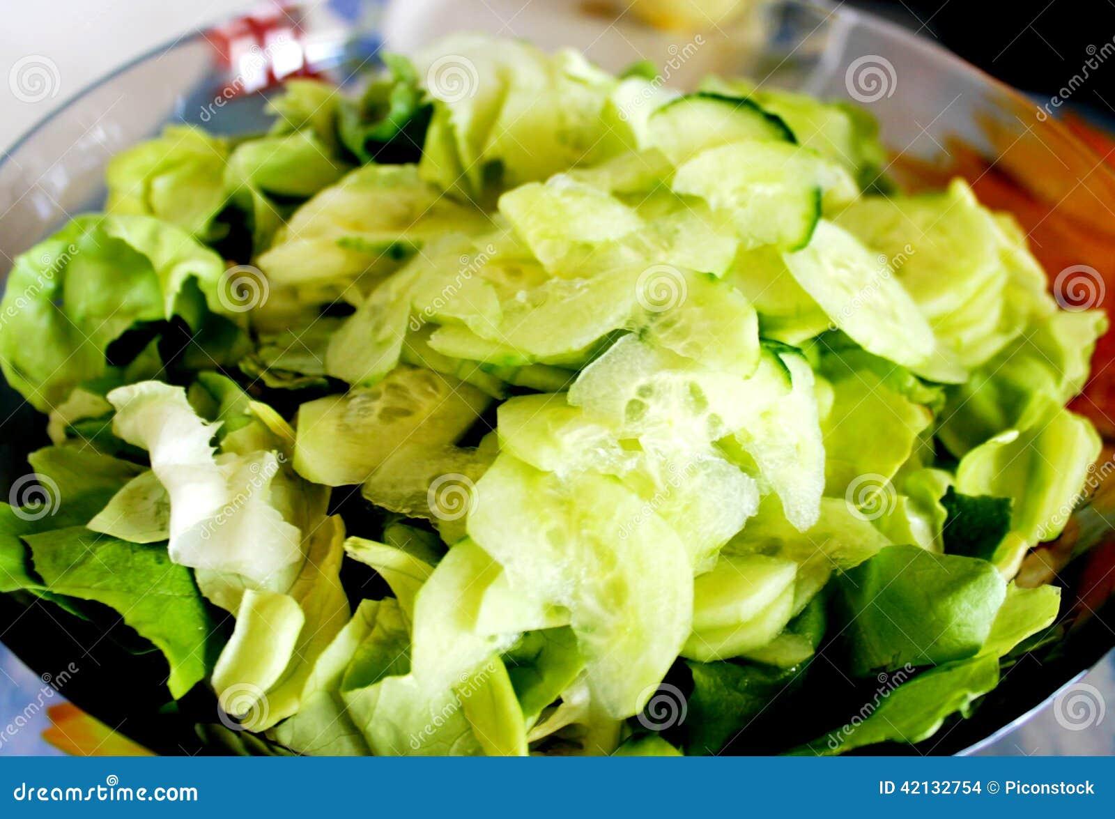 Grüner Salat und Gurken stockfoto. Bild von tran, gemüse - 42132754