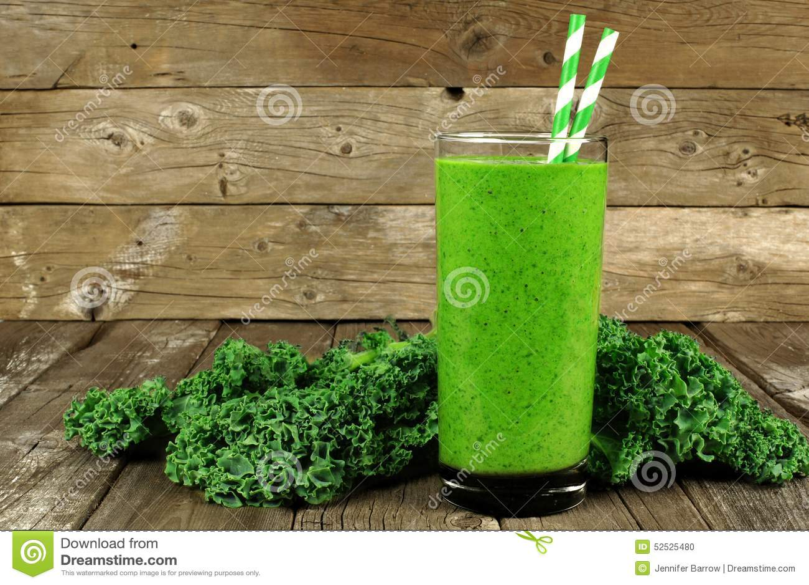 Grüner Smoothie mit Kohl auf hölzernem Hintergrund