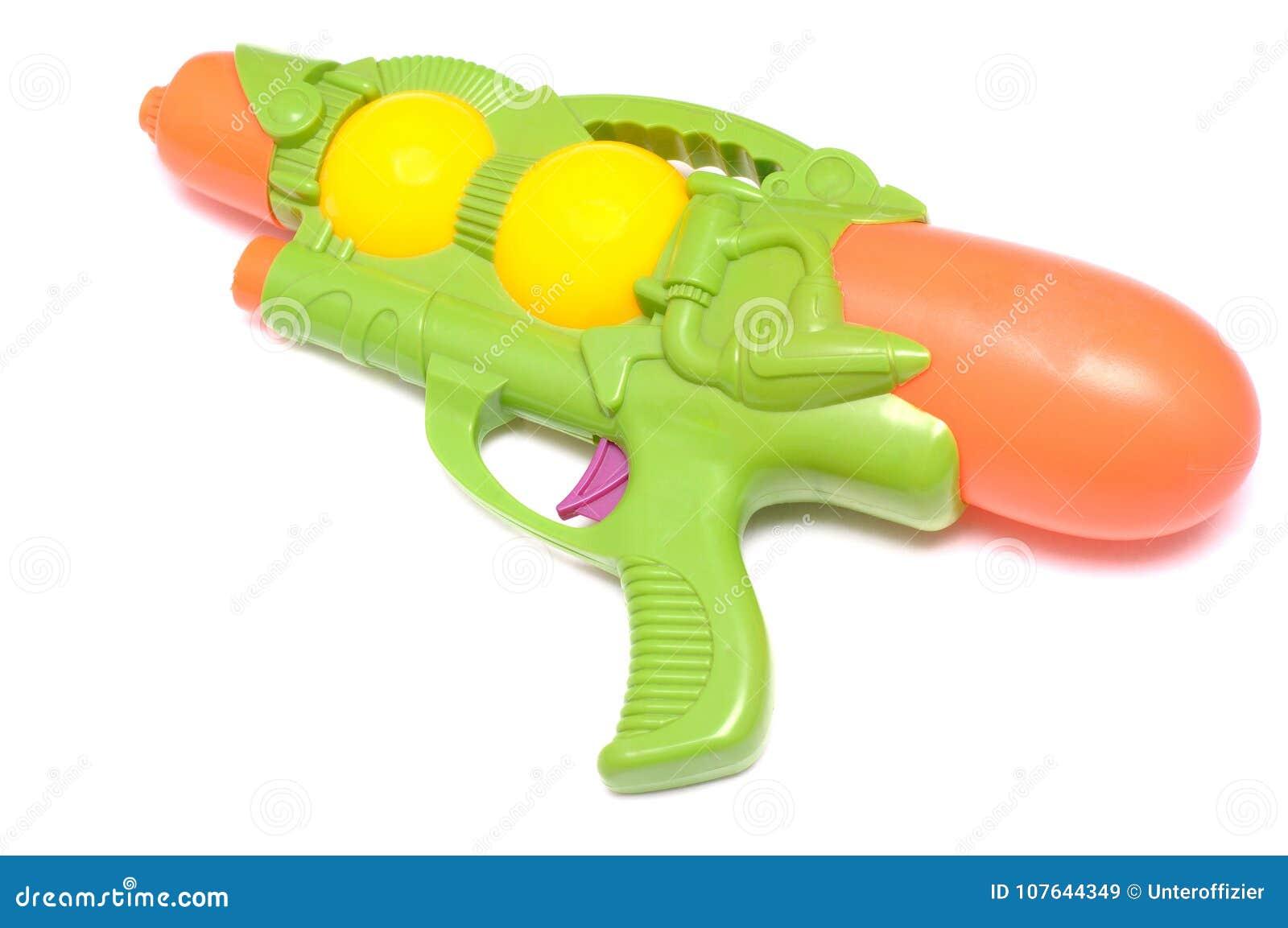 Grüner Spielzeugwasserwerfer gegen einen weißen Hintergrund
