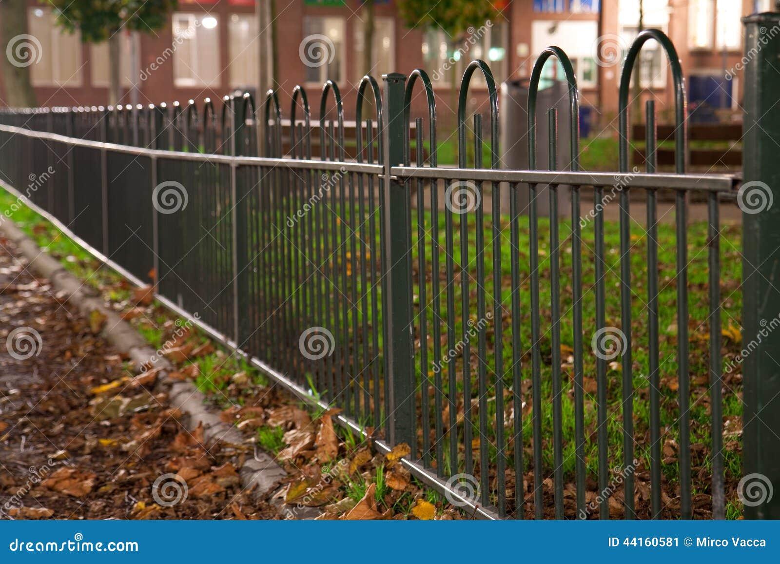 Grüner Zaun stockbild Bild von park metall abend bürgersteig