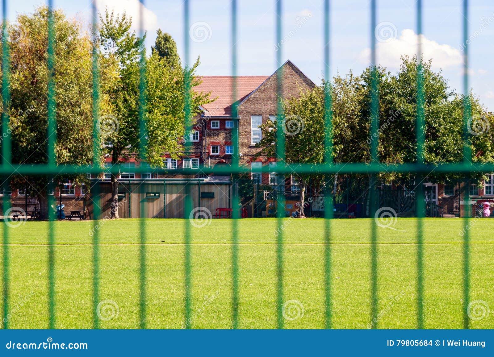 Grüner Zaun und Häuser stockfoto Bild von zustand flach