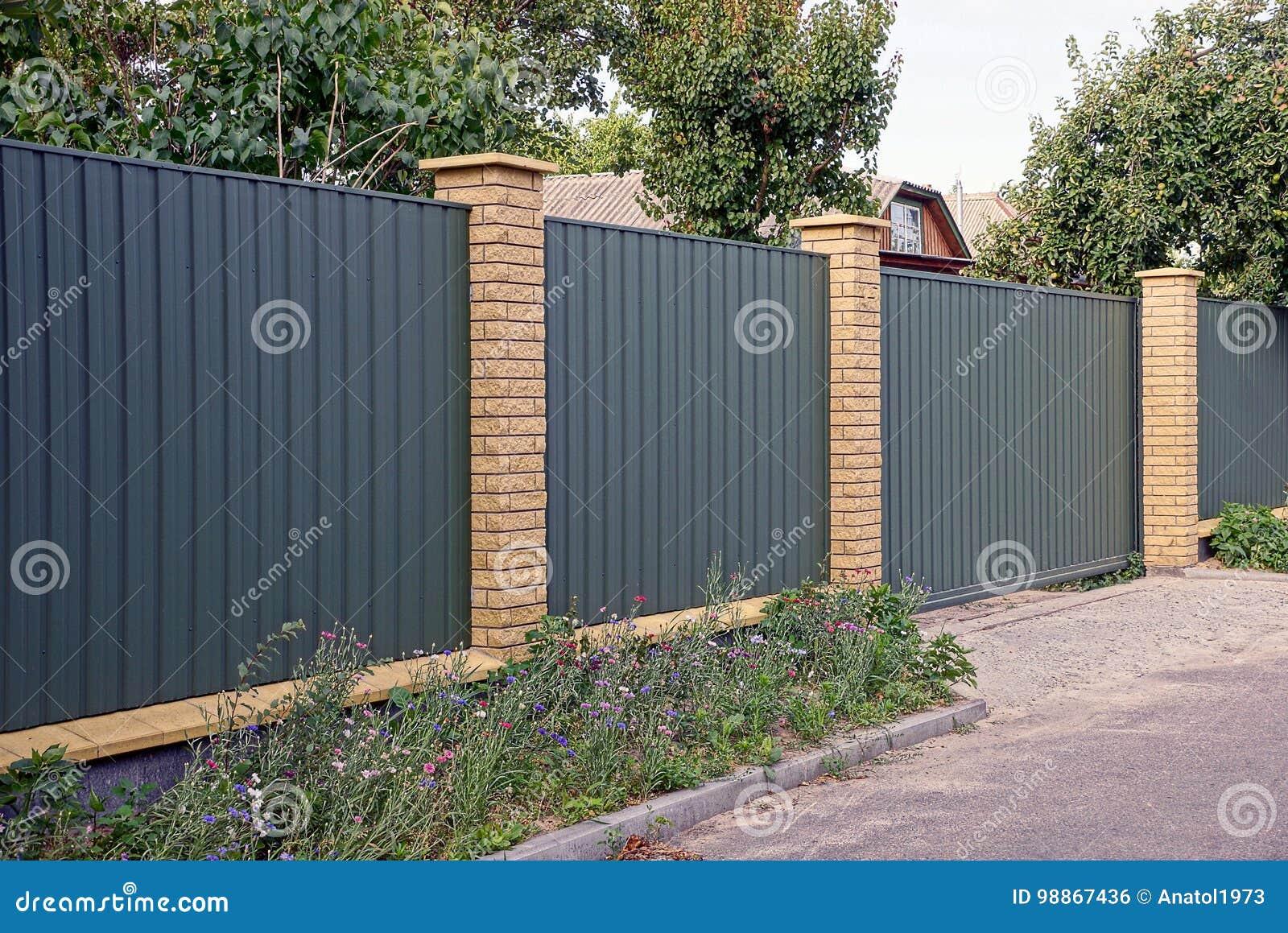 Gruner Zaun Und Tor In Der Strasse Nahe Dem Blumenbeet Nahe Der