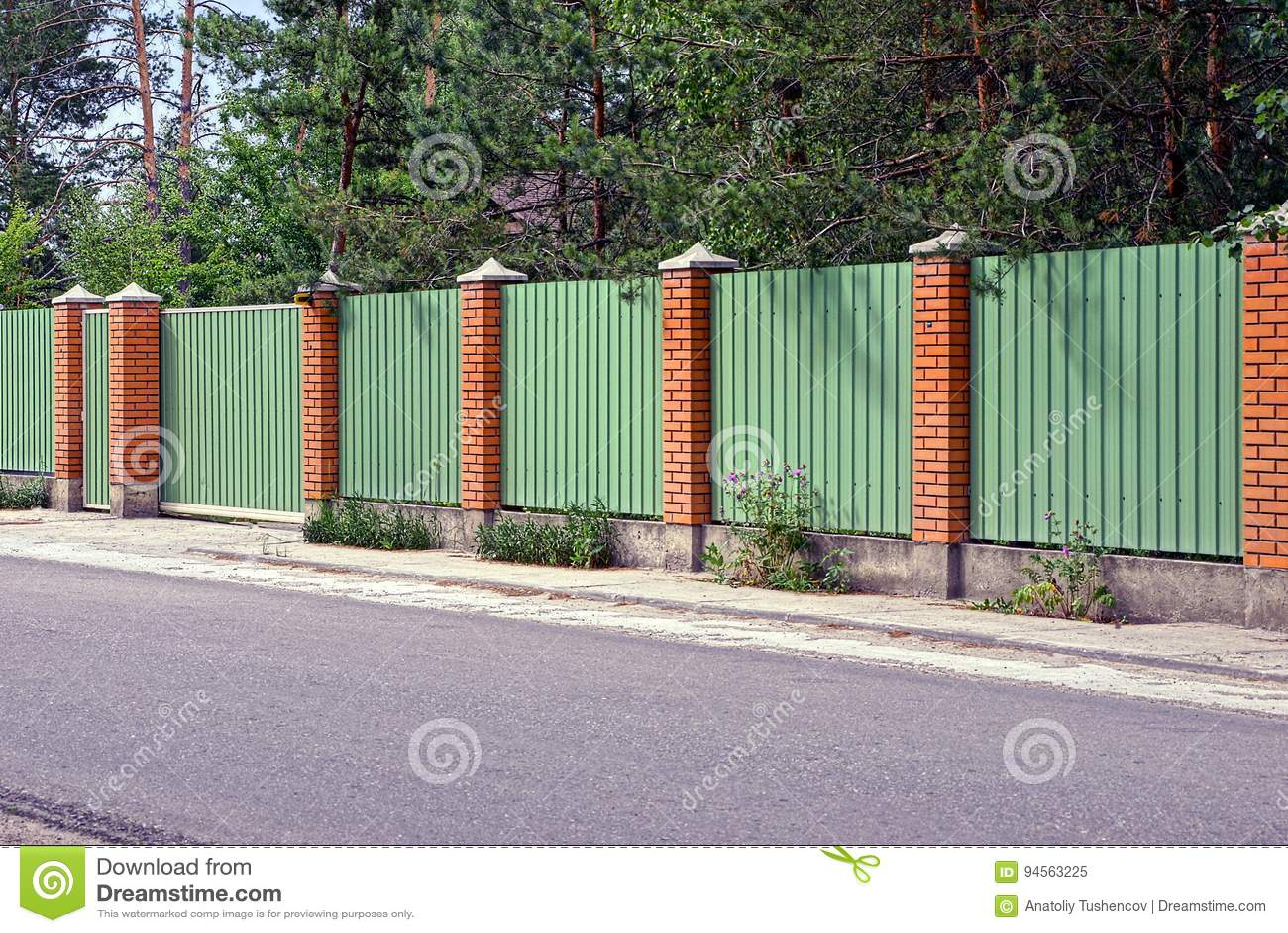 Grüner Zaun Und Tore Vor Der Asphaltstraße Stockbild Bild