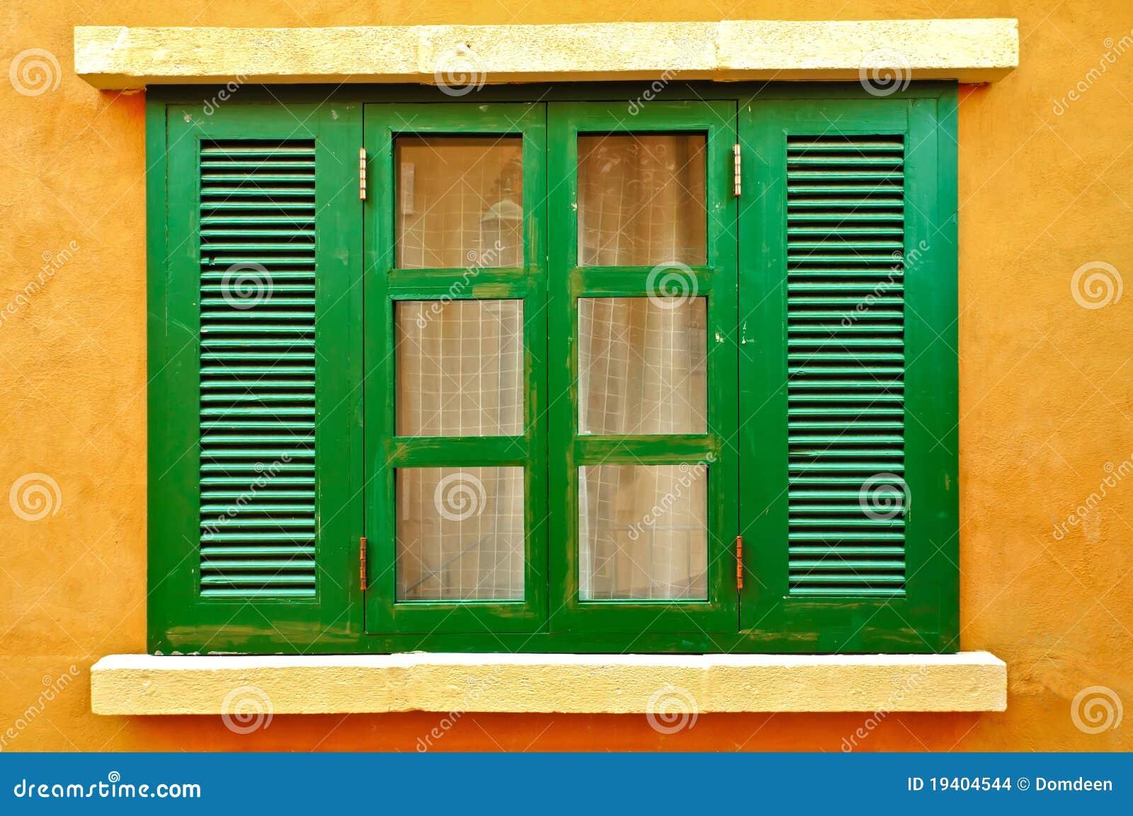 Grünes Fenster auf gelber Wand