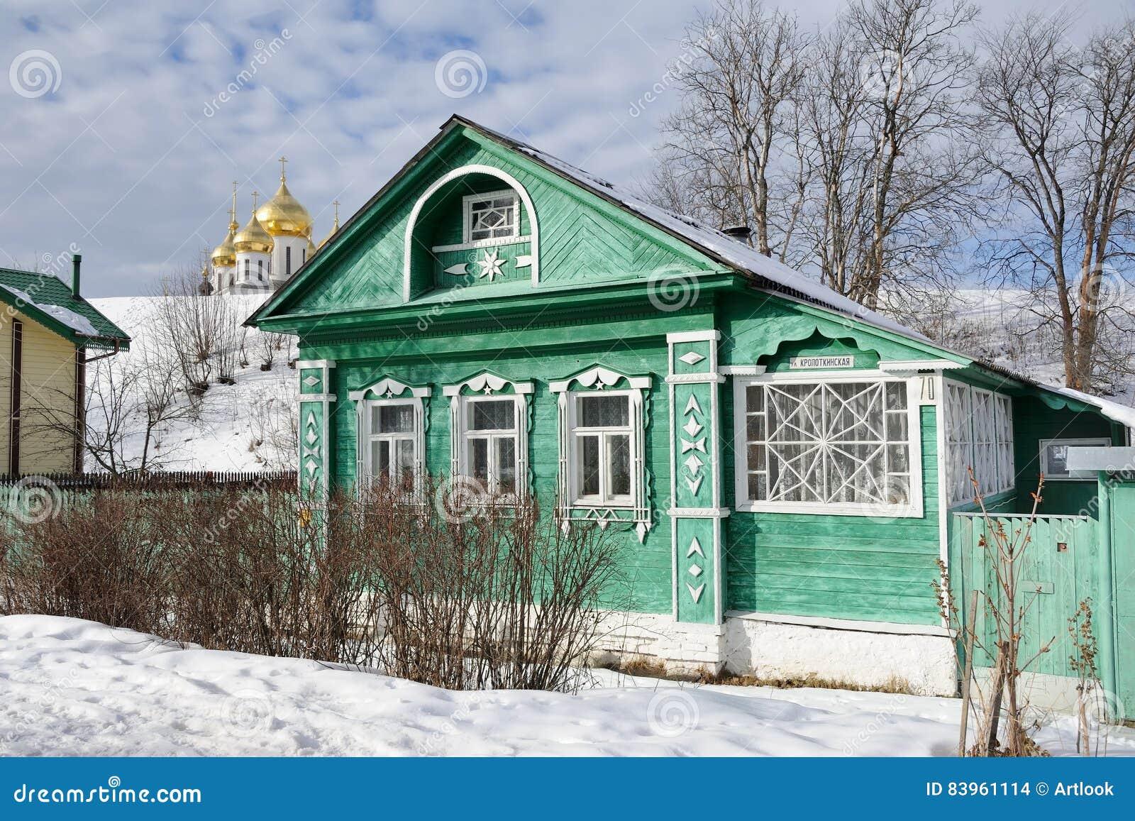 Verzauberkunst Russisches Holzhaus Beste Wahl Pattern Grünes Auf Kropotkinskaya-straße In Dmitrov Stockfoto