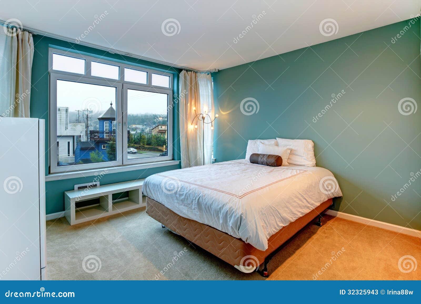 Grünes Schlafzimmer Mit Weißem Bett Und Möbeln. Stockbild - Bild von ...