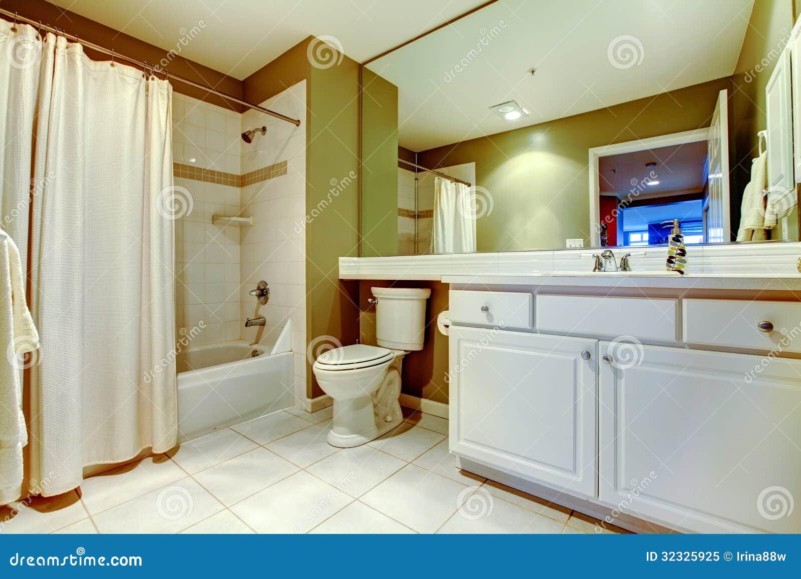 Grünes Und Weißes Badezimmer Mit Wanne Und Wanne Mit Vorhang ...