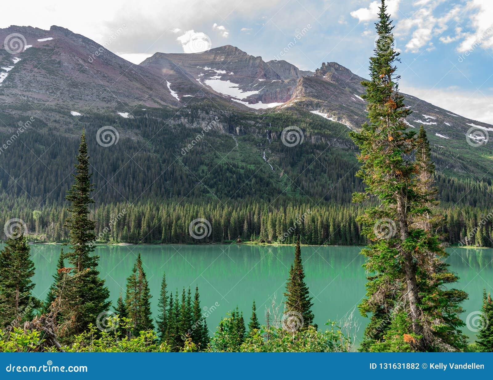 Grünes Wasser von See Josephine Reflect Forest und von Bergen