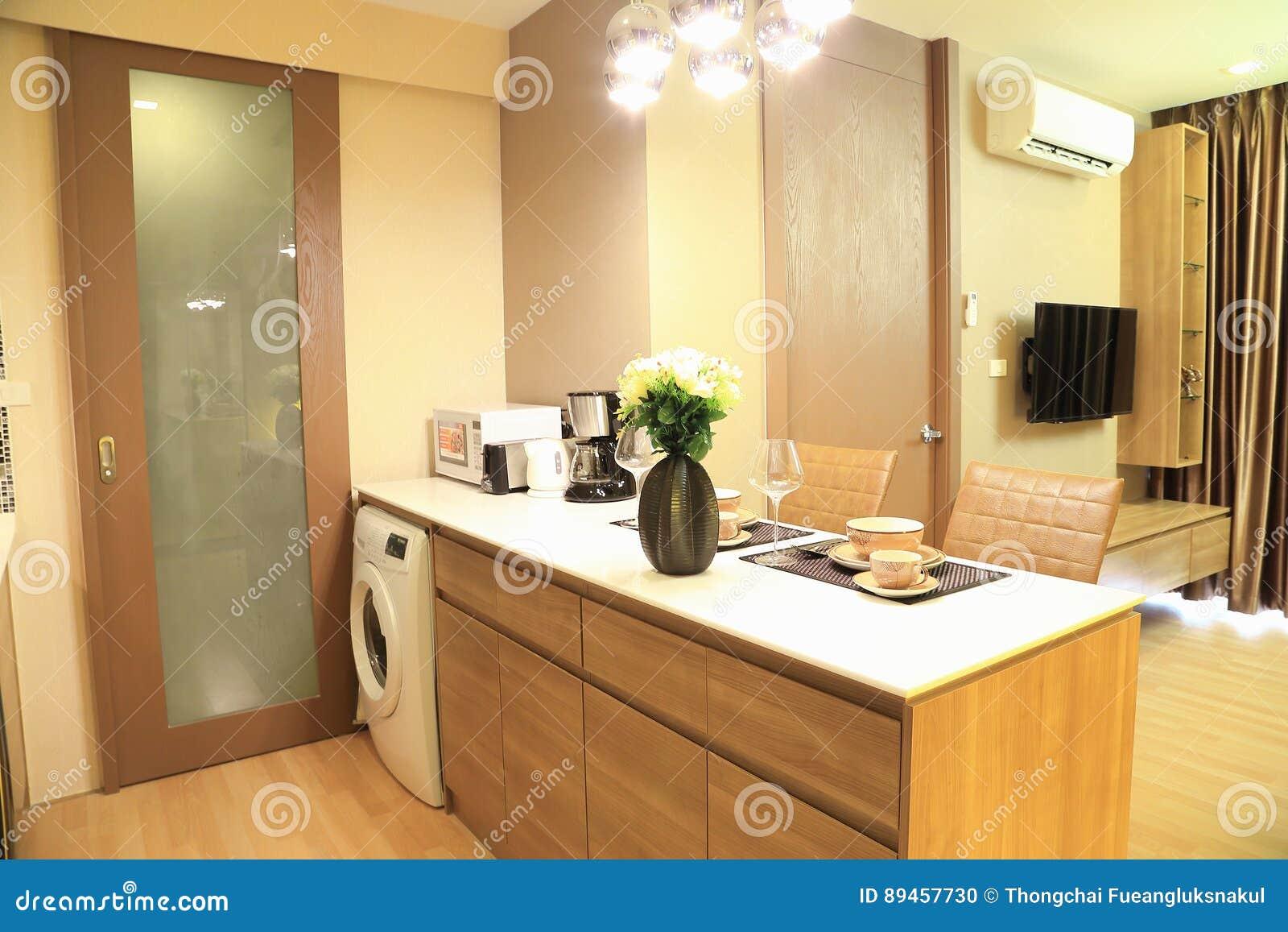 Grże brzmienie luksusowy wnętrze projekt w kondominium, jako tło