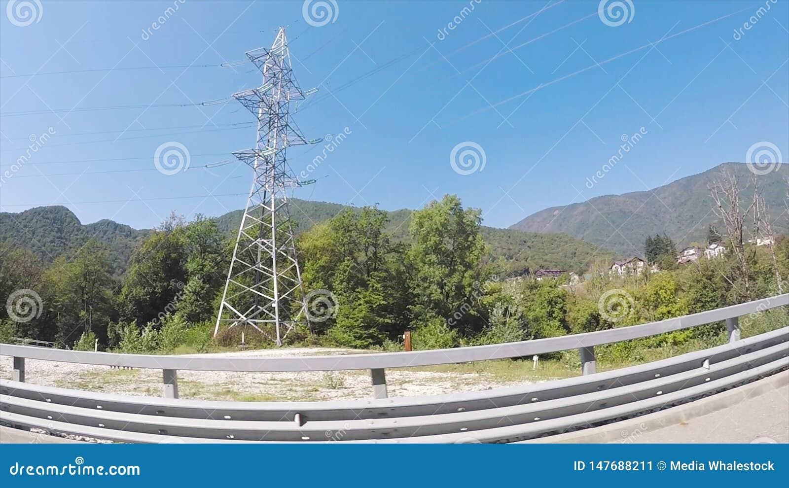 Gr?ne neue Landschaft von bewaldeten H?geln, Ferienkonzept, Ansicht vom Autofenster mit dem fisheye Effekt szene